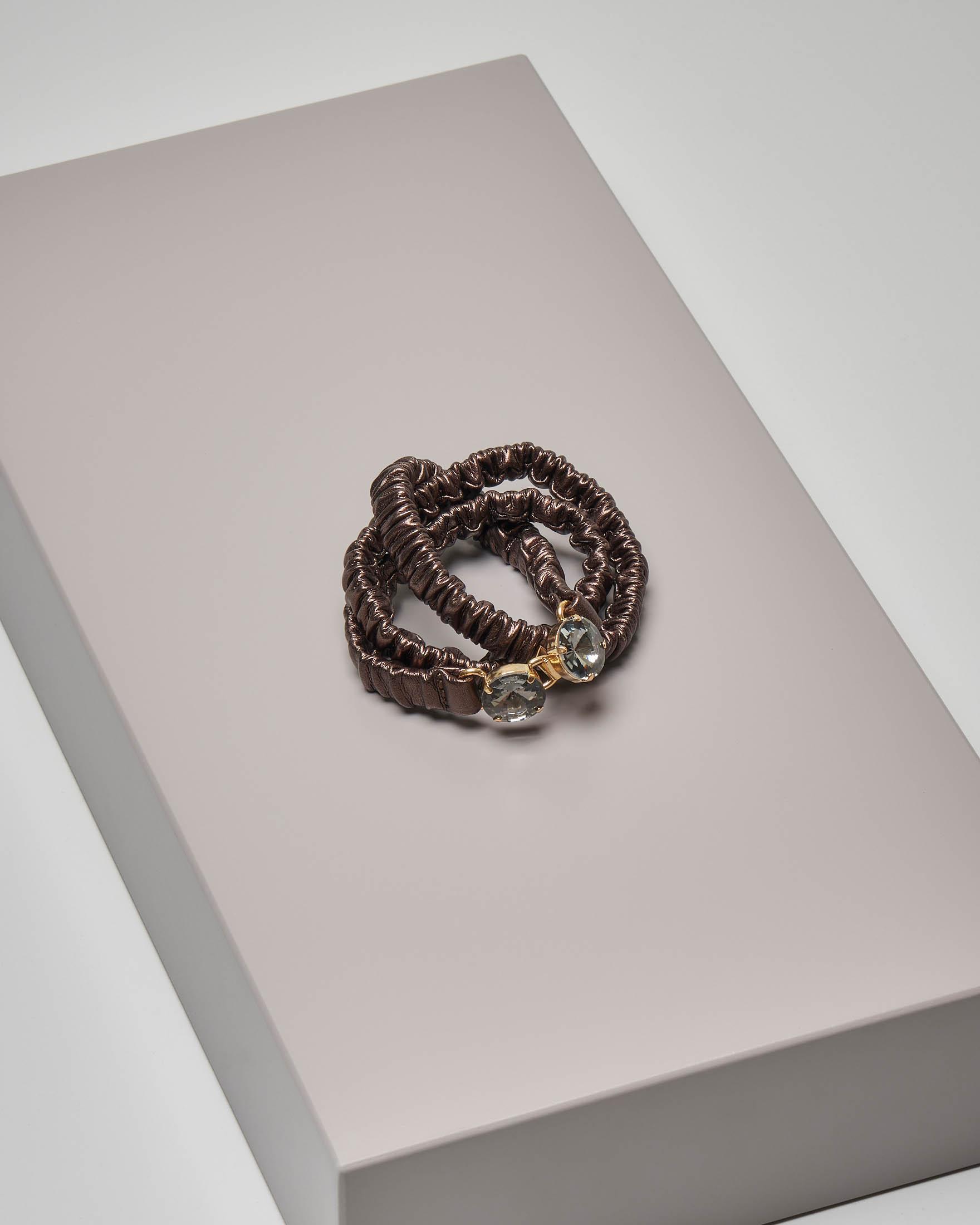Cintura sottile in ecopelle color bronzo effetto arricciato con doppia chiusura a gioiello
