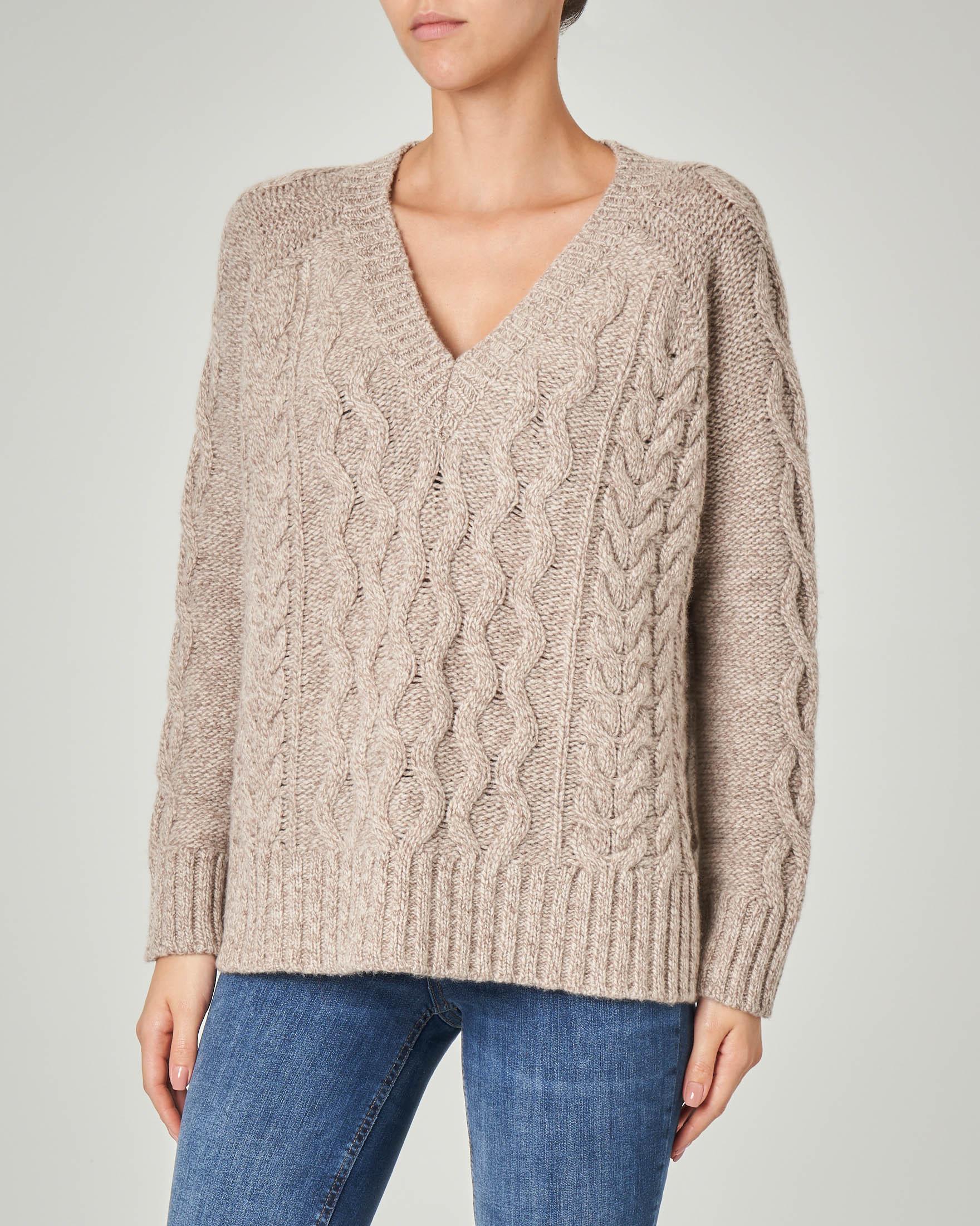Maglia over in lana vergine color tortora con lavorazione a trecce e scollo a V