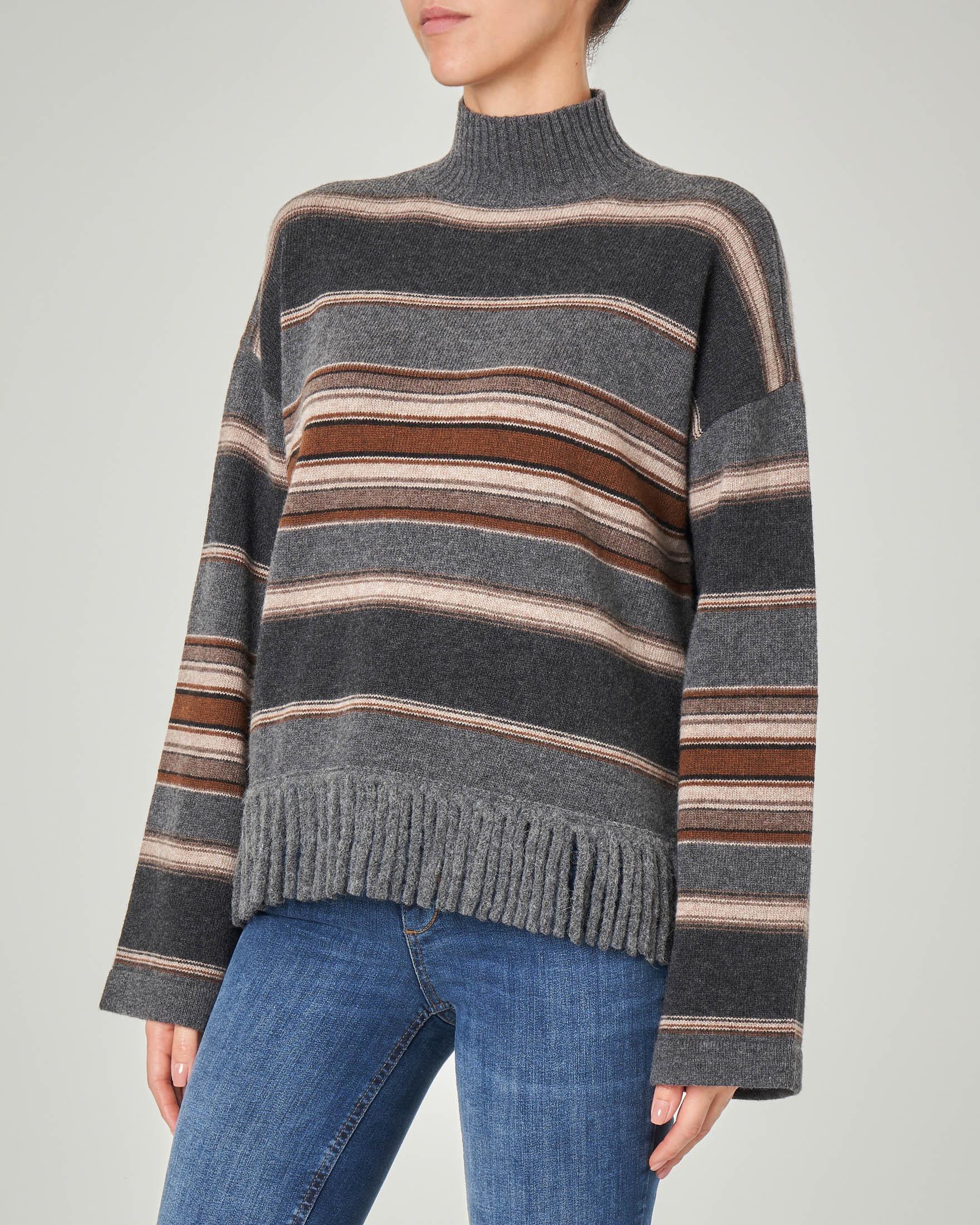 Dolcevita in lana vergine con motivo a righe e frange sul fondo