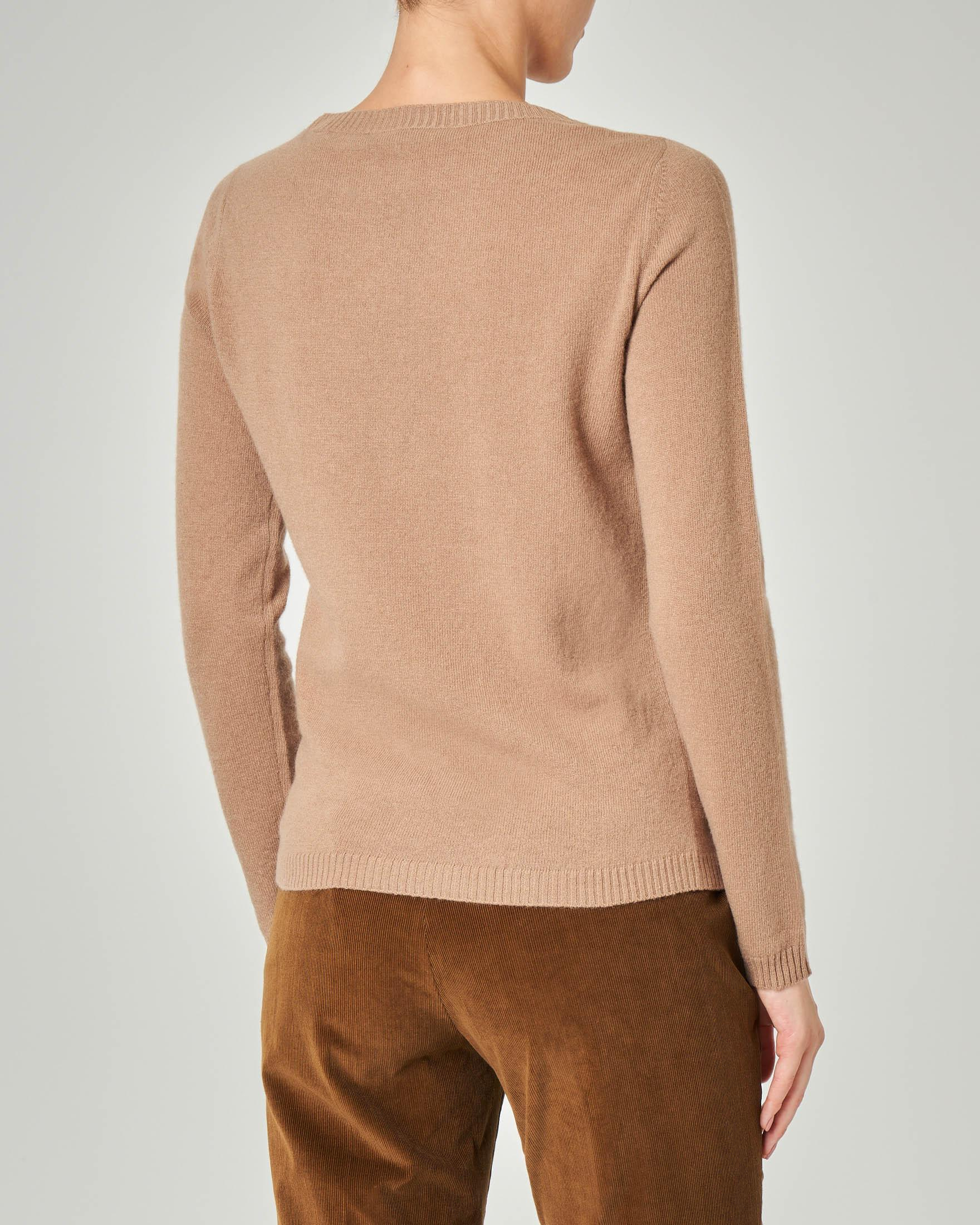 Maglia color cammello girocollo in lana vergine