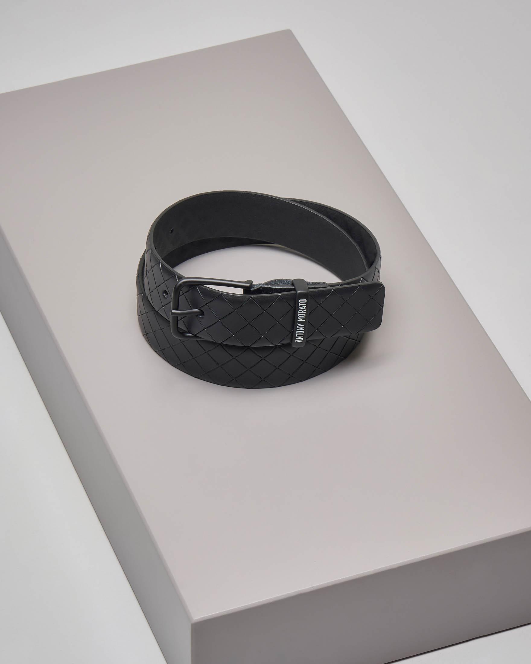Cintura nera in pelle con incisioni a rombi e passane logato