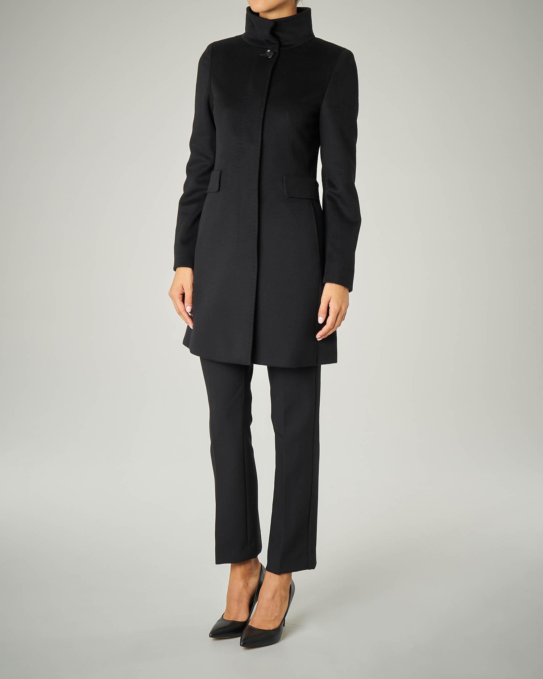 Cappotto nero sfiancato in pura lana con collo alto