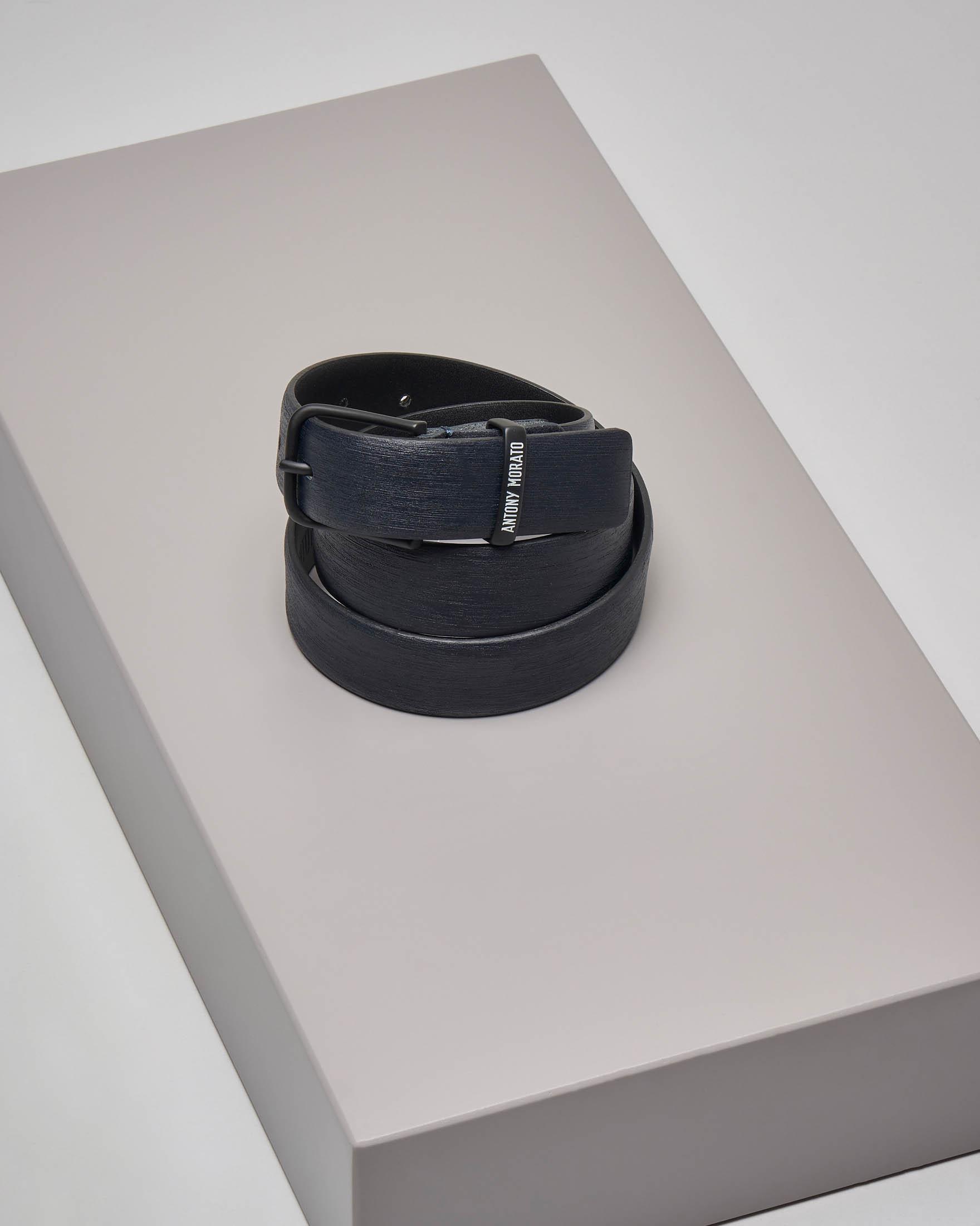 Cintura blu in pelle effetto saffiano con passante logato
