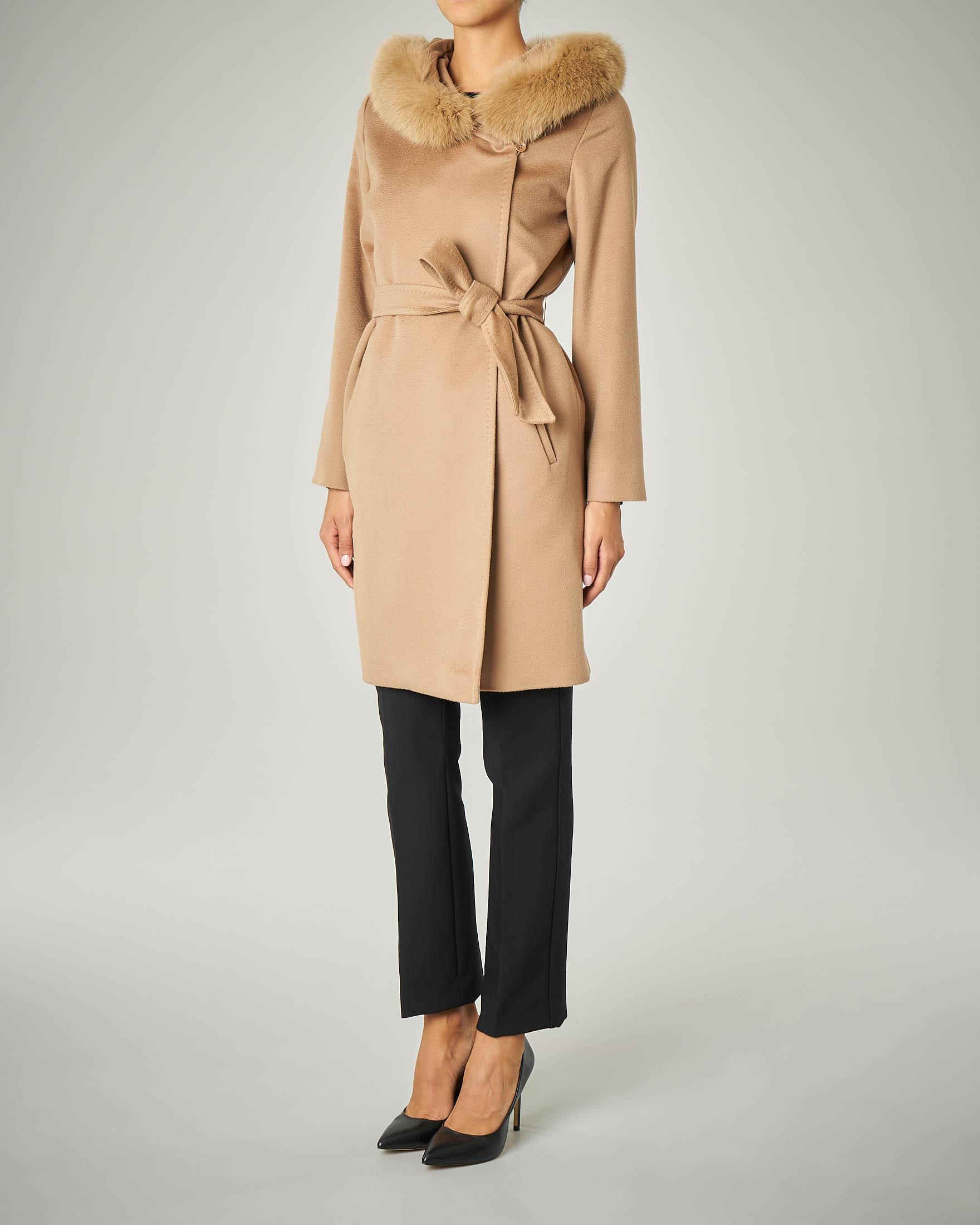 Cappotto color cammello in pura lana con cappuccio con profili in volpe e cintura
