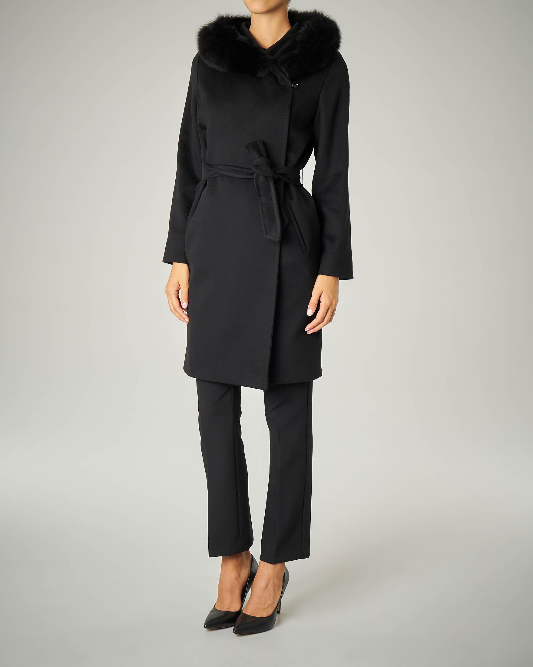 Cappotto nero in pura lana con cappuccio con profili in volpe e cintura