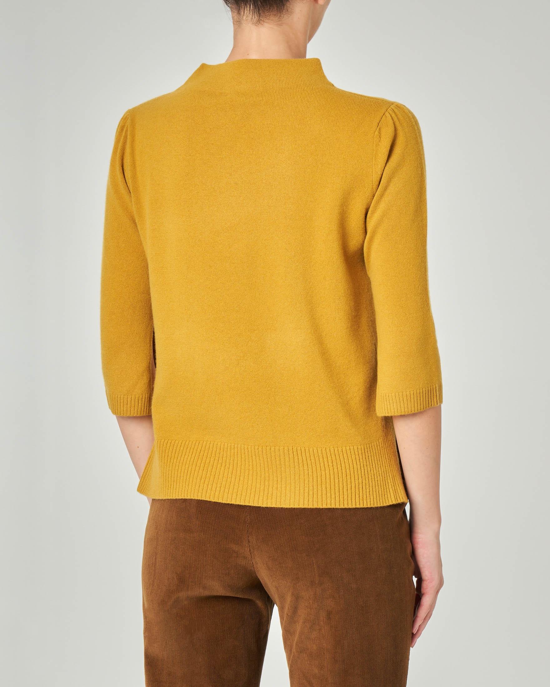 Maglia color giallo in lana misto cashmere con collo alto e maniche tre quarti