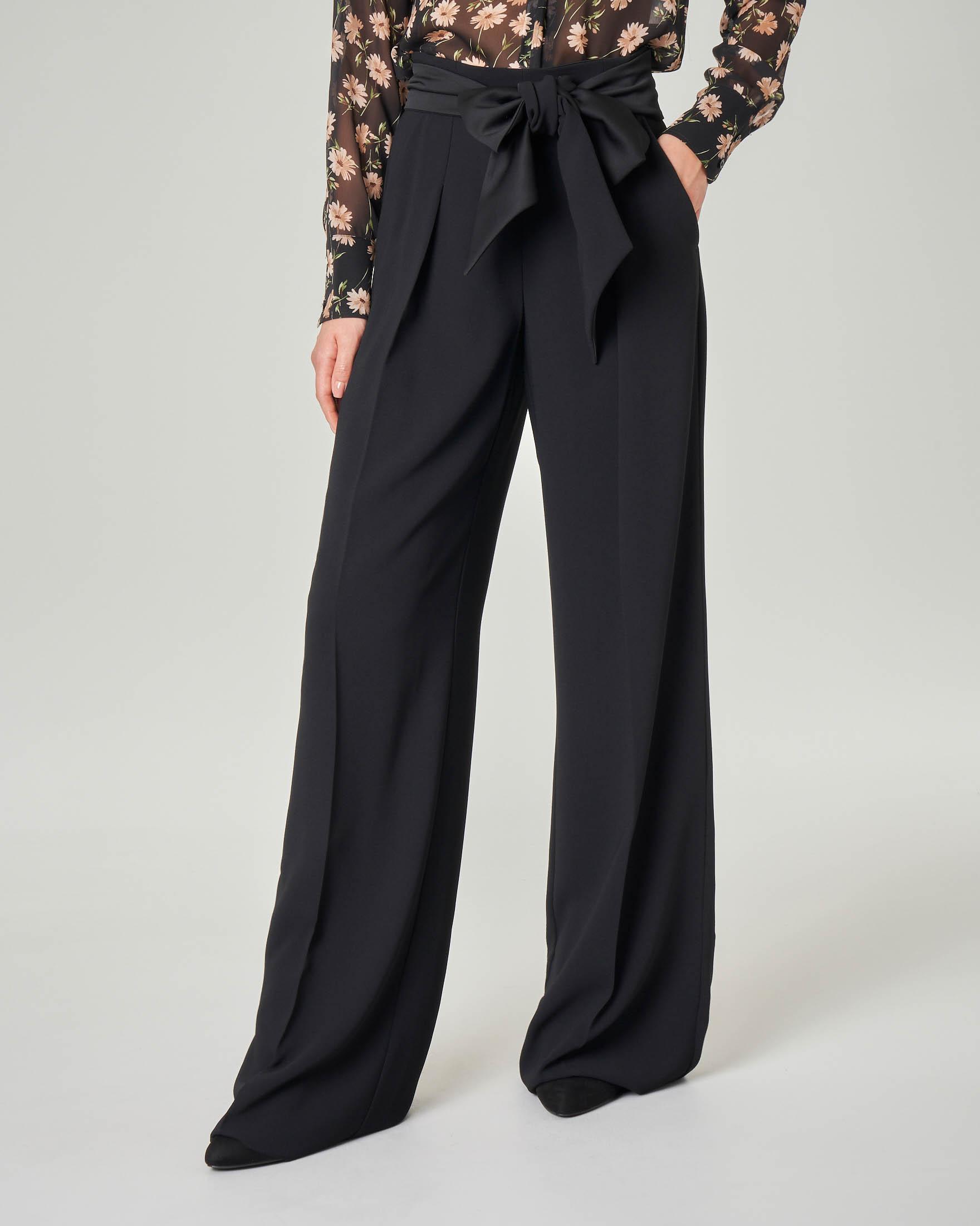 Pantaloni palazzo neri in georgette con pince e fiocco in vita in raso