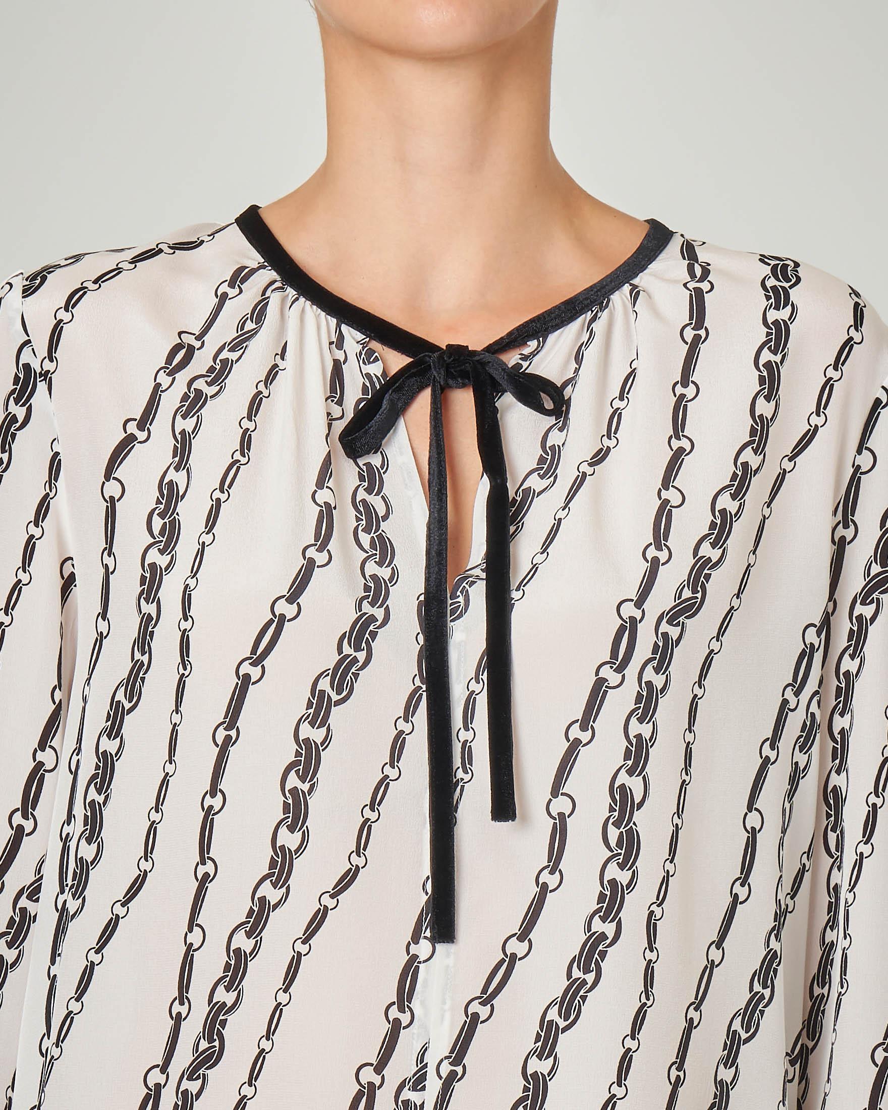 Camicia in sete bianca a stampa a catene con fiocchetto in velluto nero