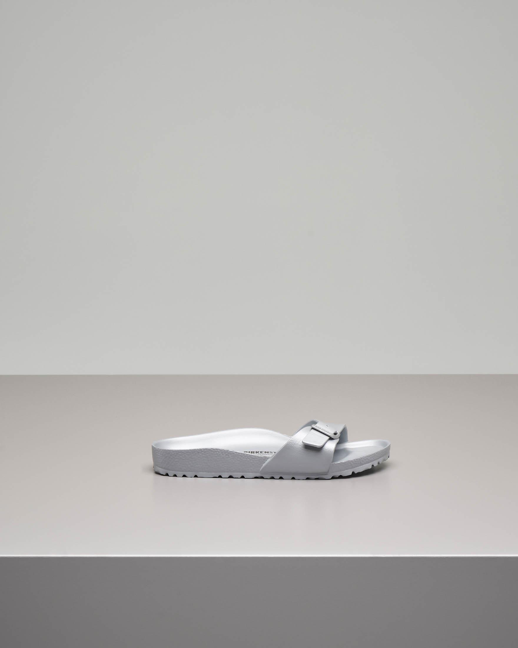 Sandalo Madrid in EVA grigio con fascetta e fibbia tono su tono