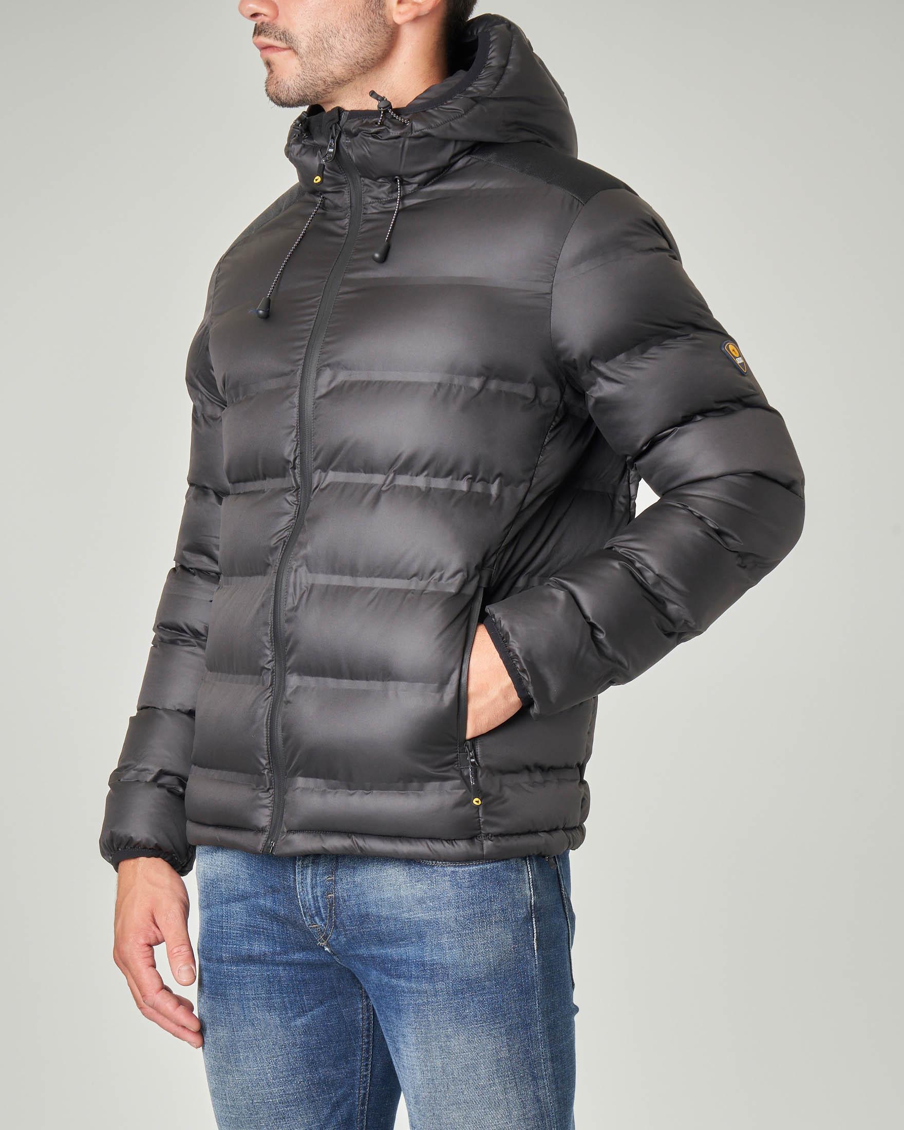 Piumino nero con cappuccio e inserto sulle spalle in cordura