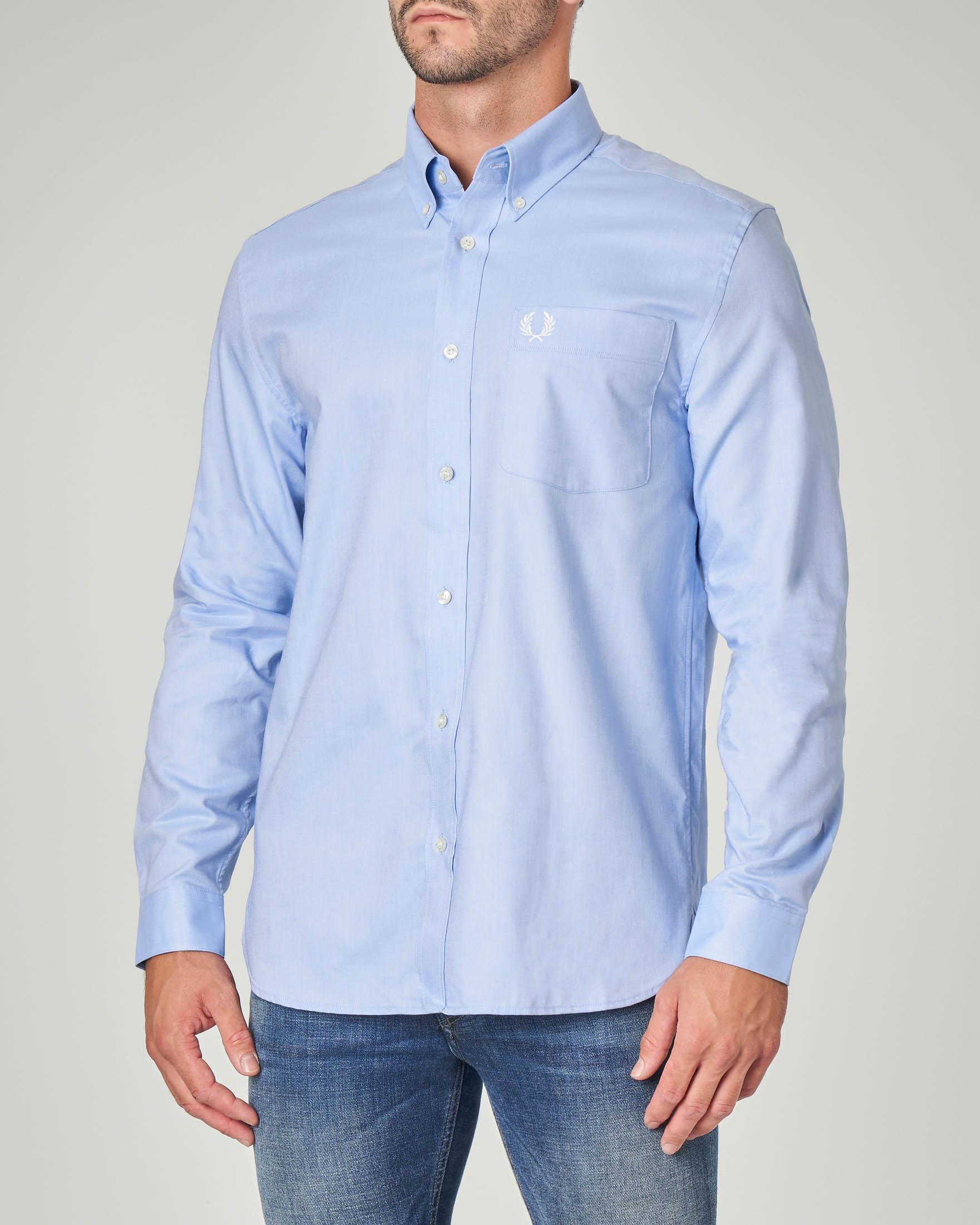 Camicia azzurra con taschino e collo button down
