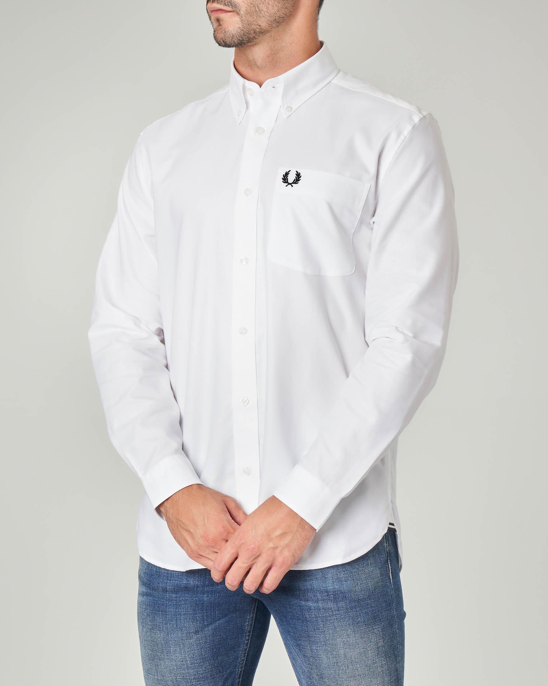 Camicia bianca con taschino e collo button down