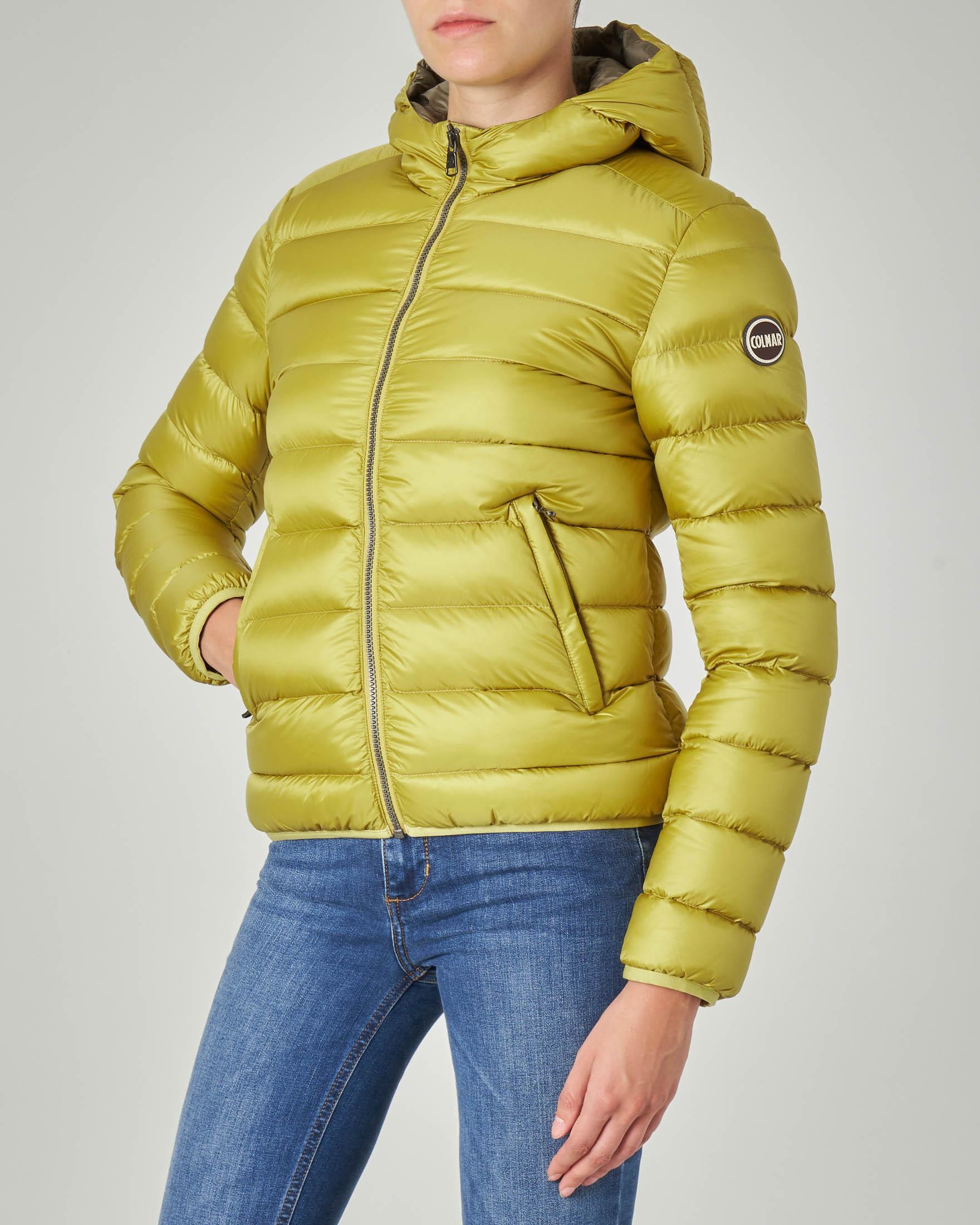 Piumino corto colore giallo effetto lucido con cappuccio