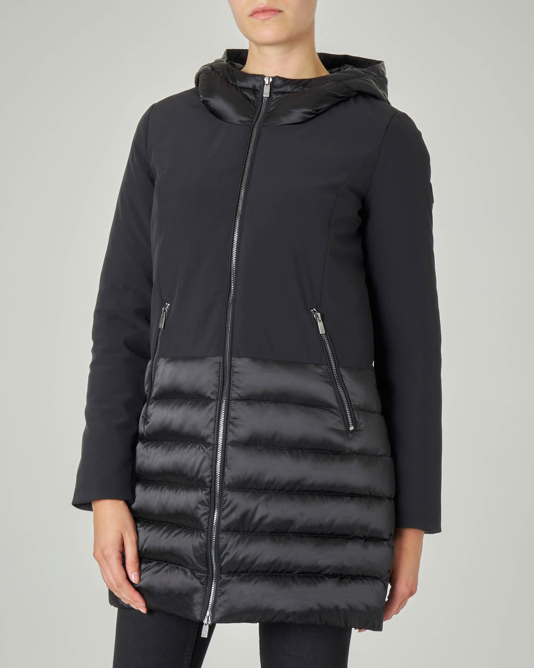 Giacca lunga nera in softshel con inserti in tessuto trapuntato e cappuccio