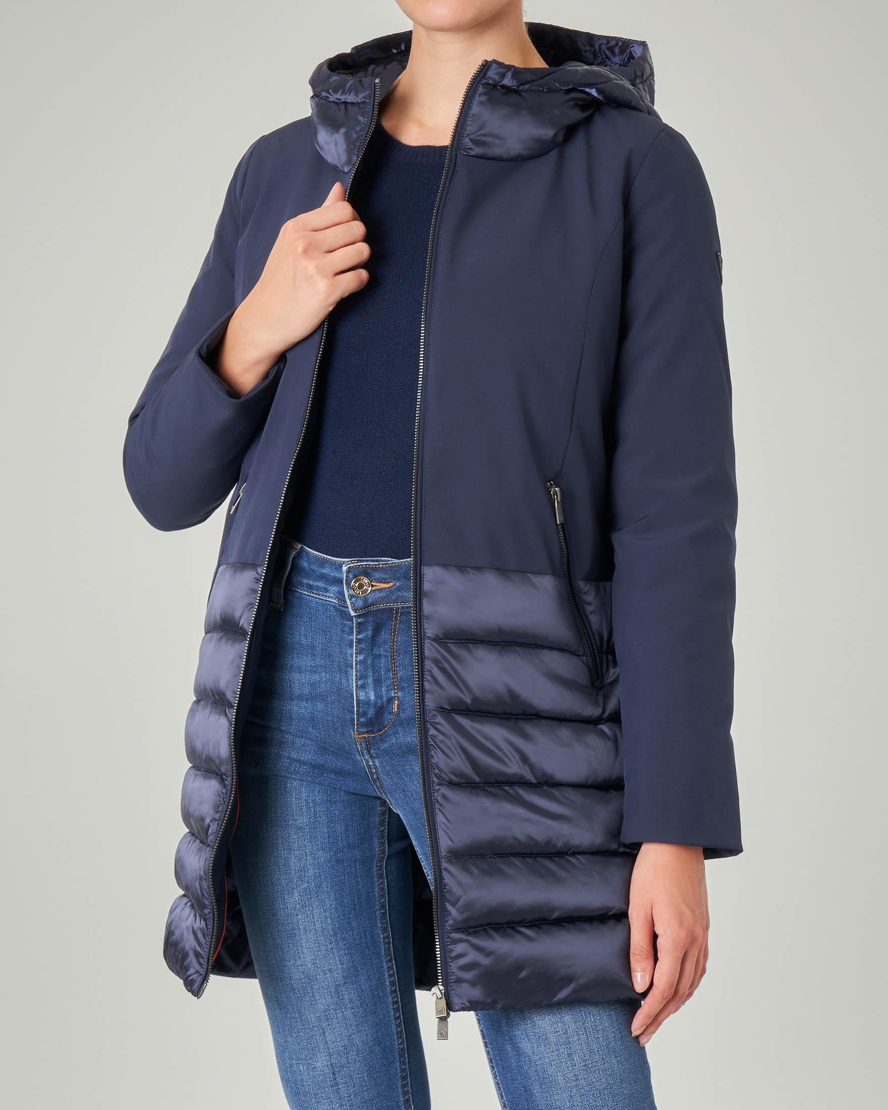 Giacca lunga blu in softshel con inserti in tessuto trapuntato e cappuccio
