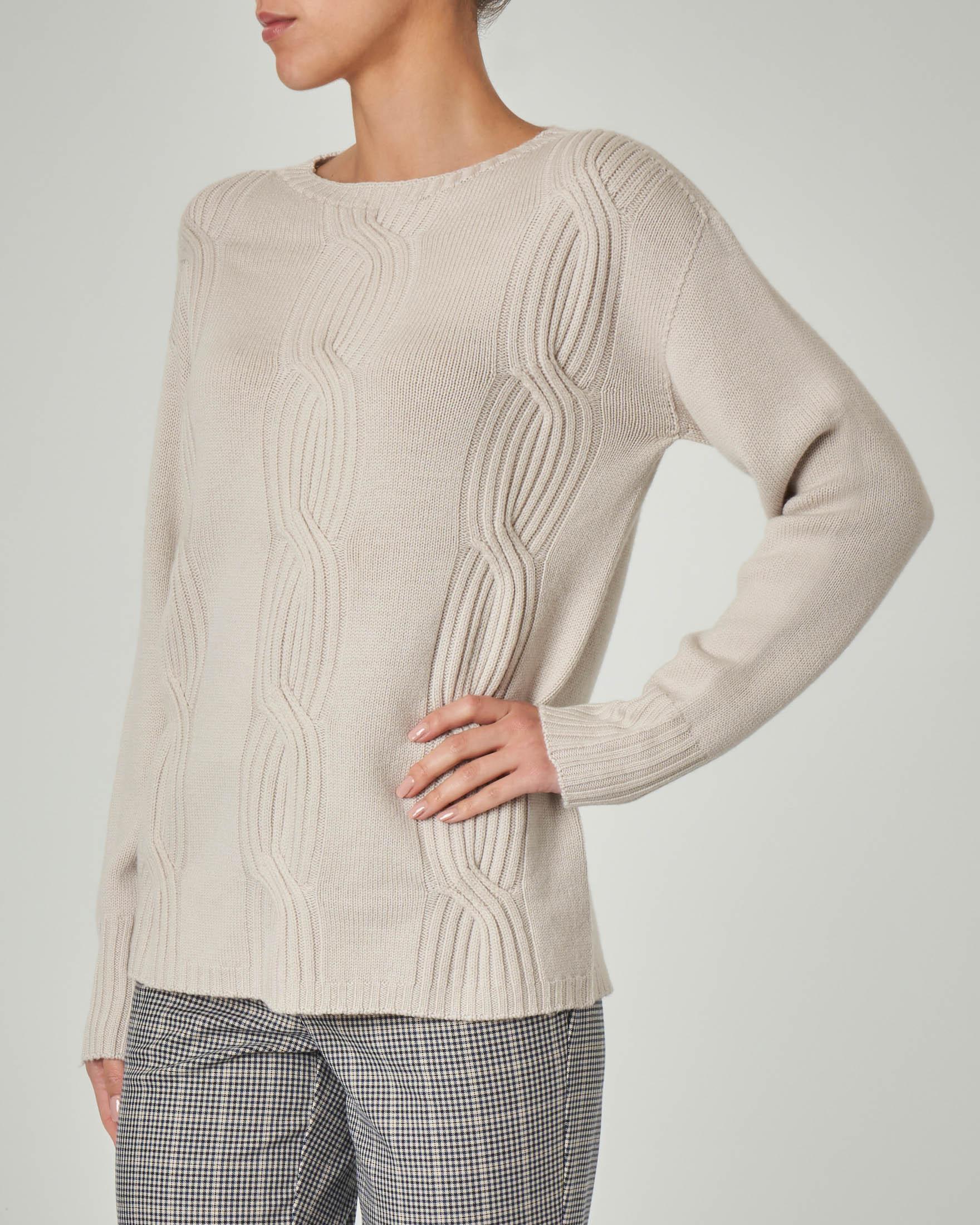 Maglia girocollo color gesso in lana con lavorazione a trecce