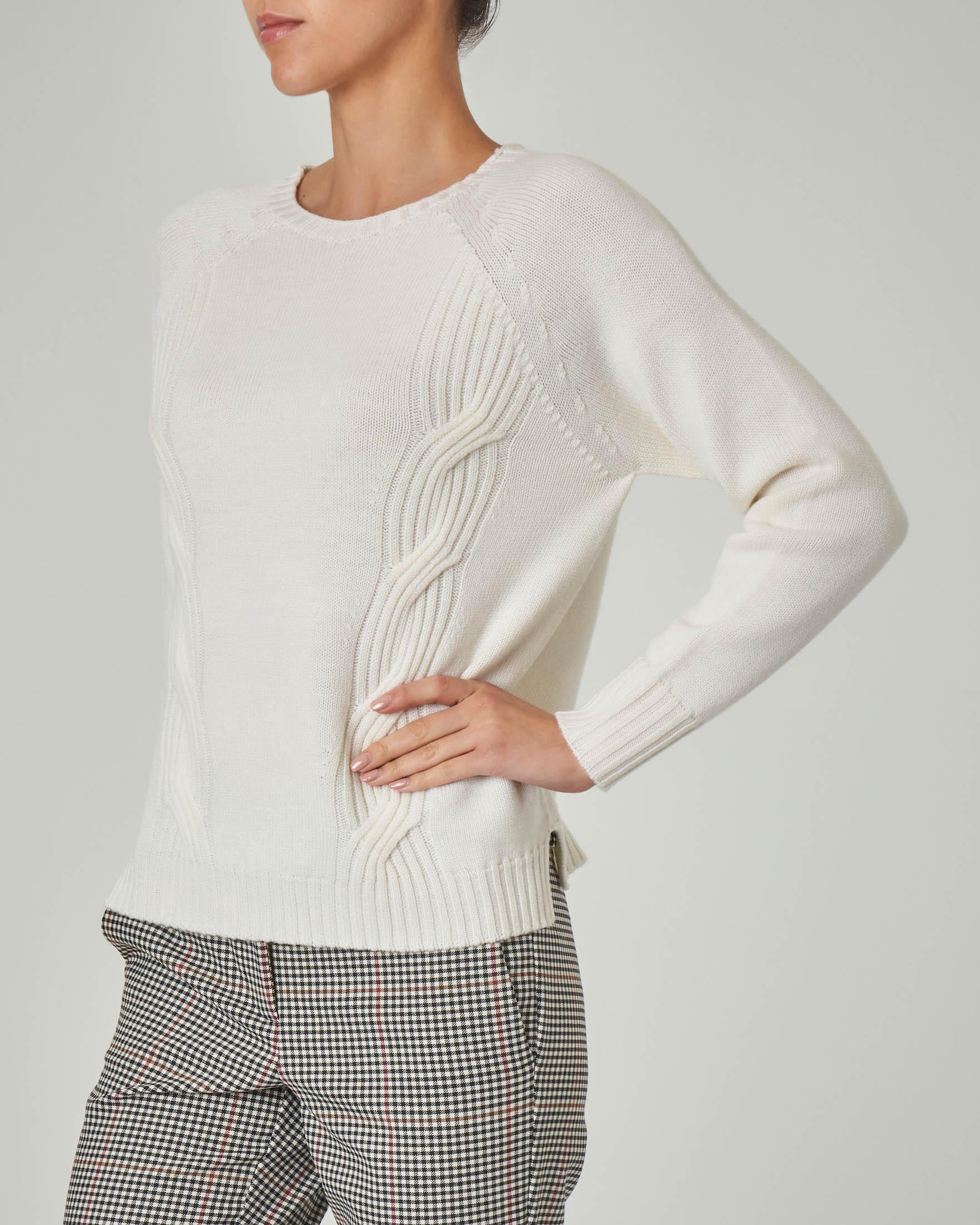 Maglia girocollo bianca in lana con lavorazione a trecce