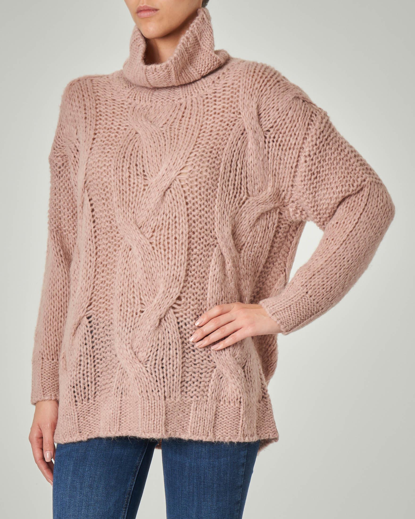 Maxi maglia color cipria con collo ampio alto in misto lana mohair traforata a trecce