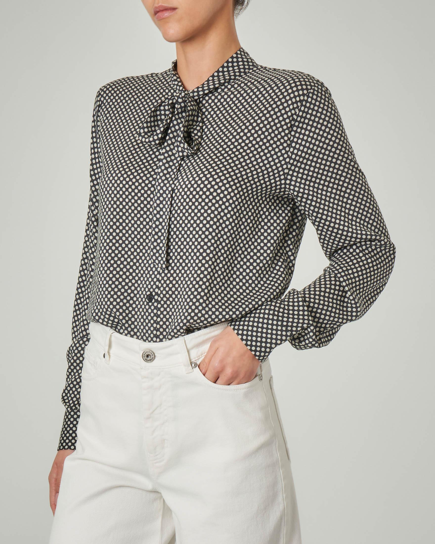 Camicia nera a pois bianchi in viscosa con fiocco