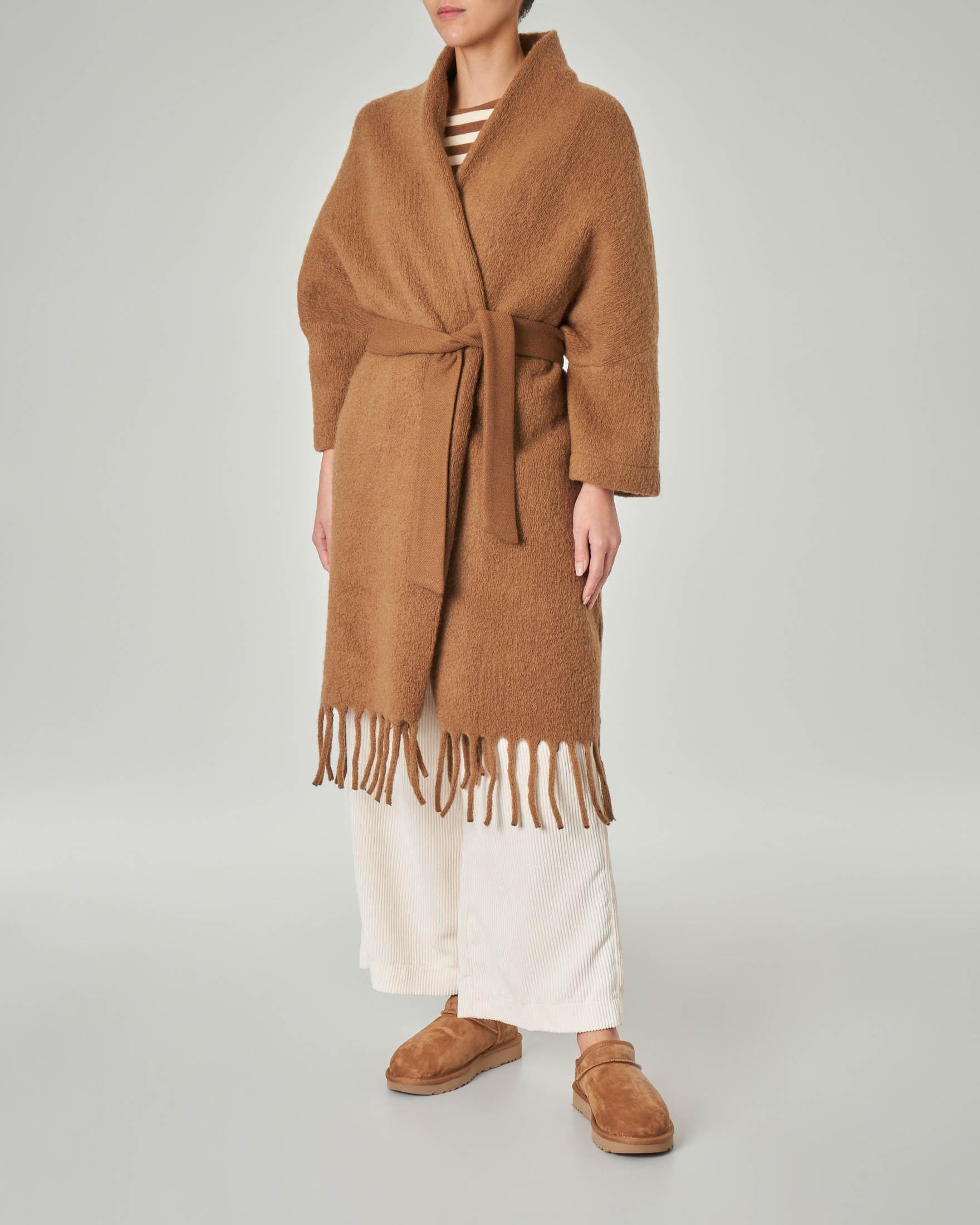 Cappotto in lana con maniche a kimono e frange sul fondo color cammello