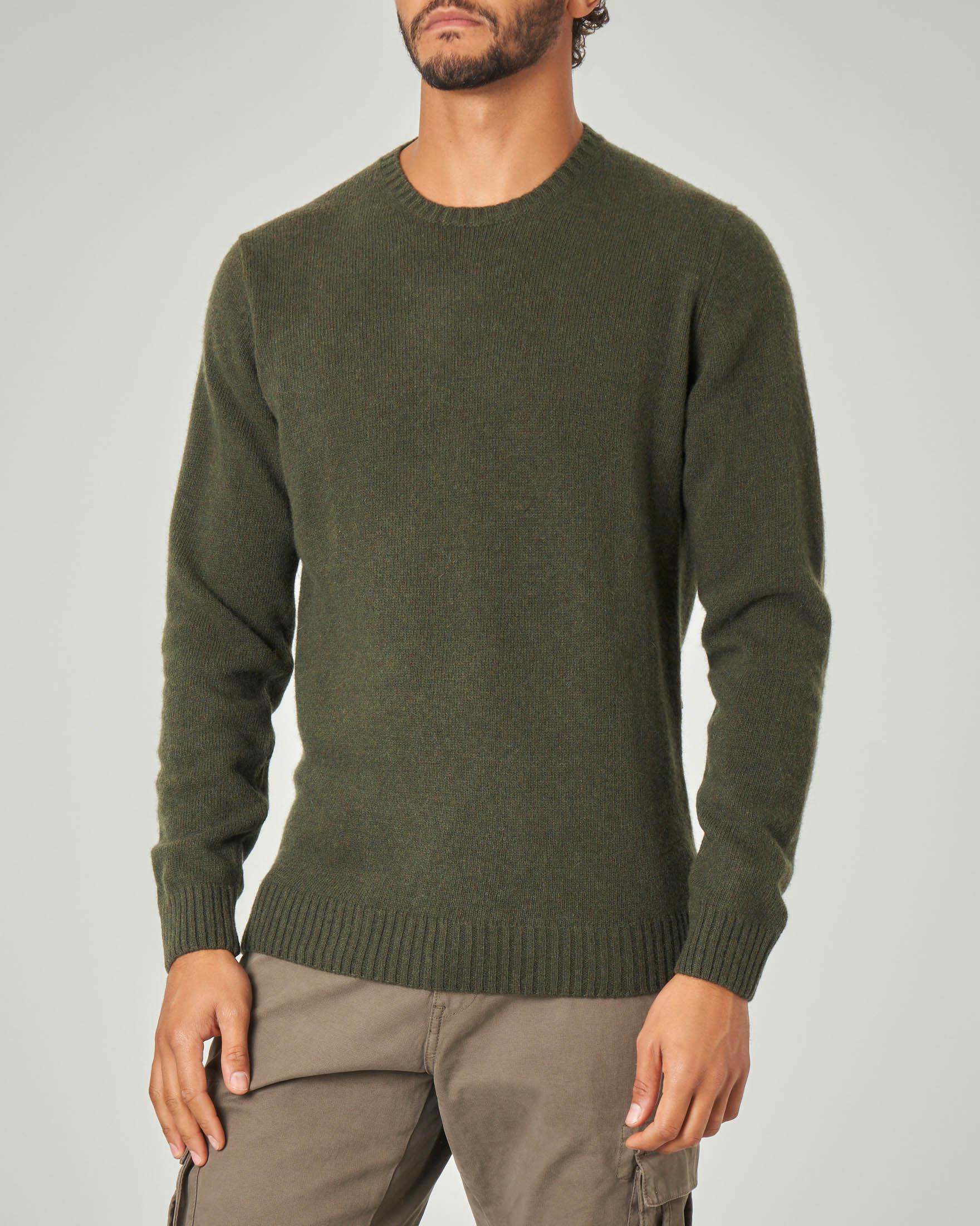 Maglia girocollo verde militare in lana sulla finezza 7