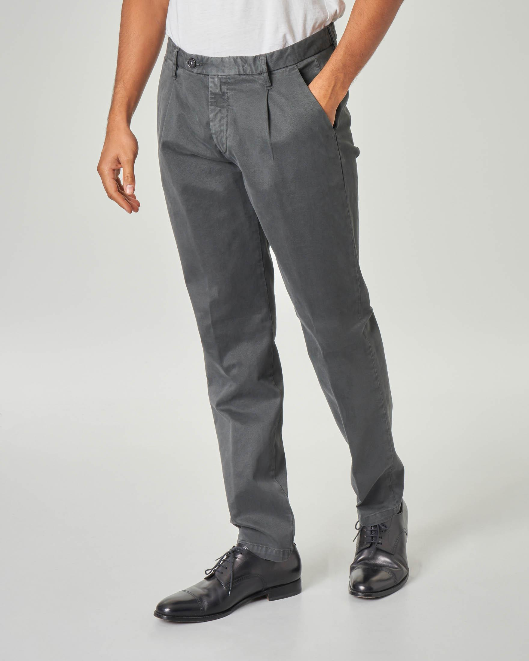 Pantalone chino grigio antracite in gabardina lavata con una pinces