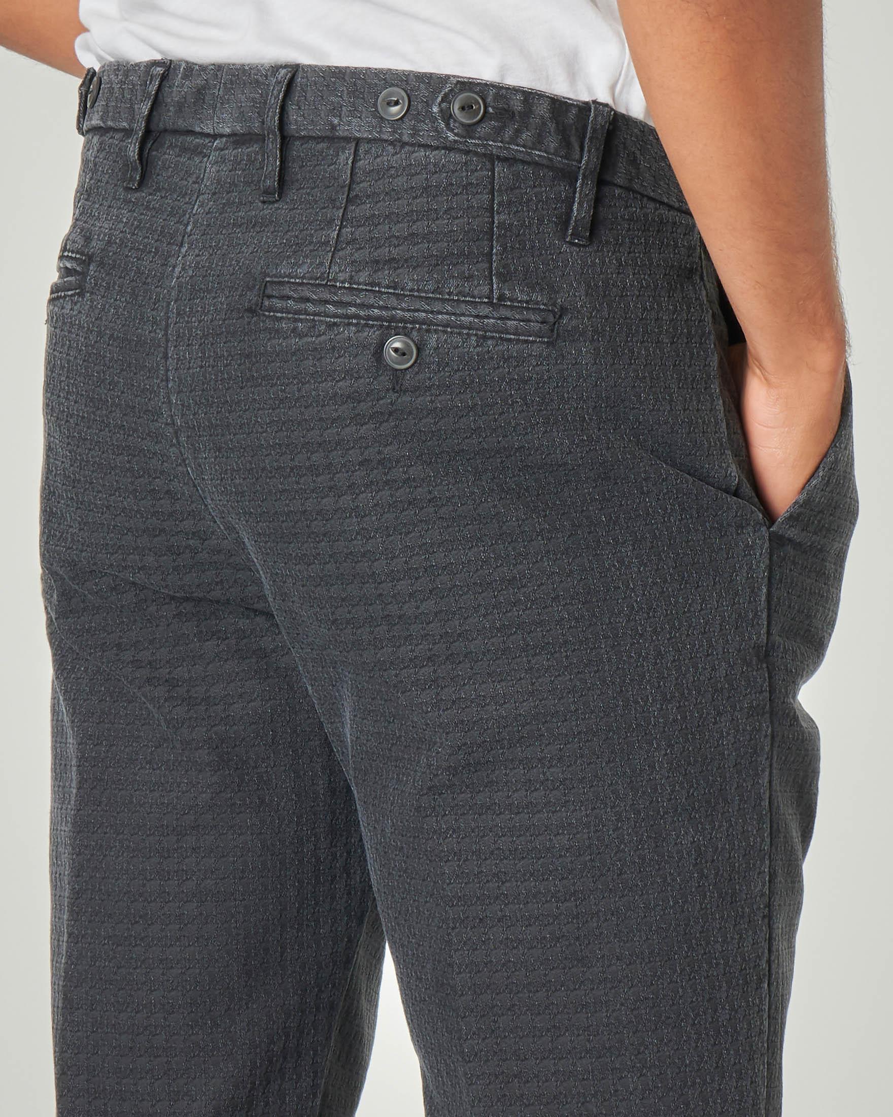 Pantalone chino grigio antracite fantasia pied de poule in cotone stretch con una pinces
