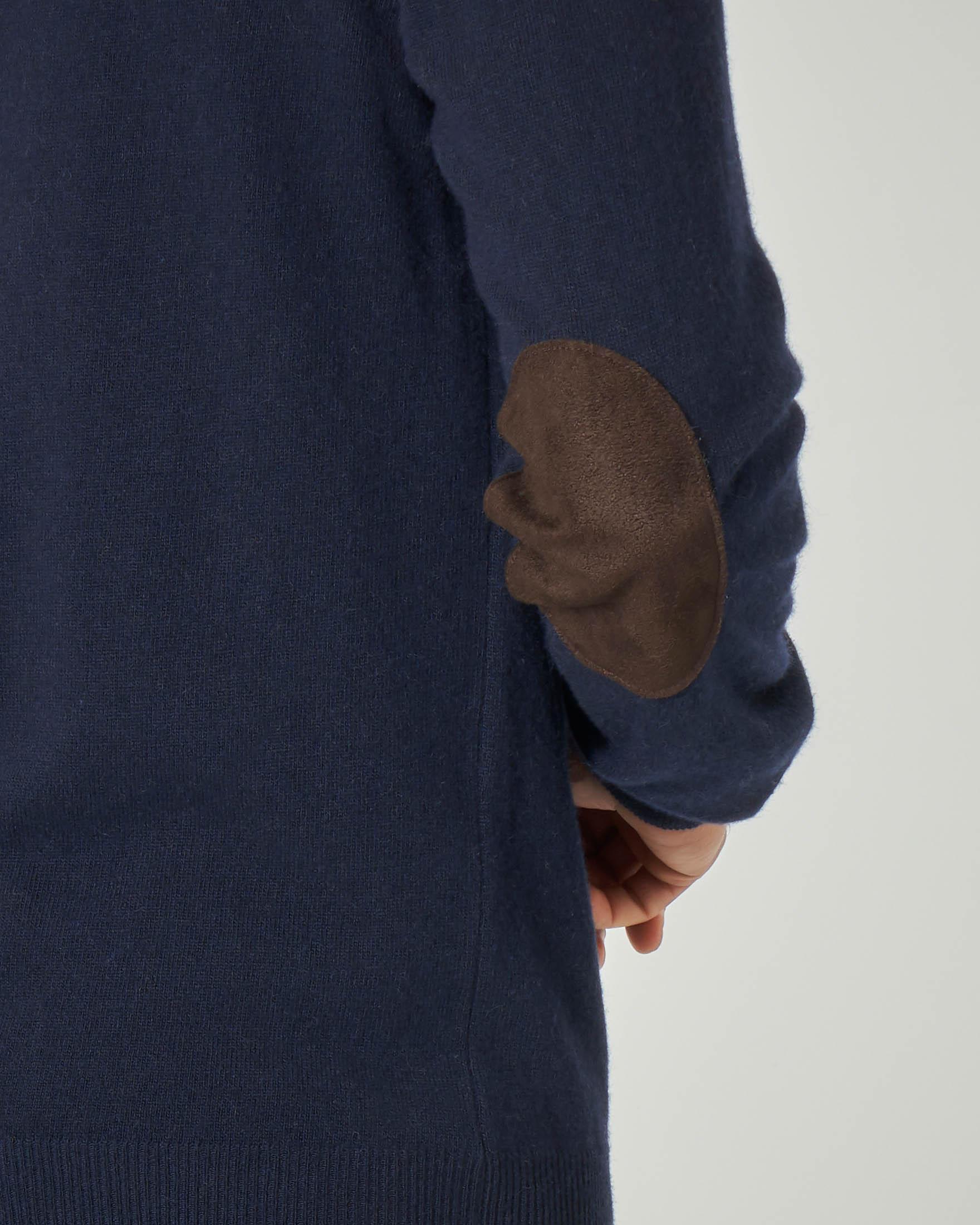 Maglia blu girocollo con toppa in alcantara