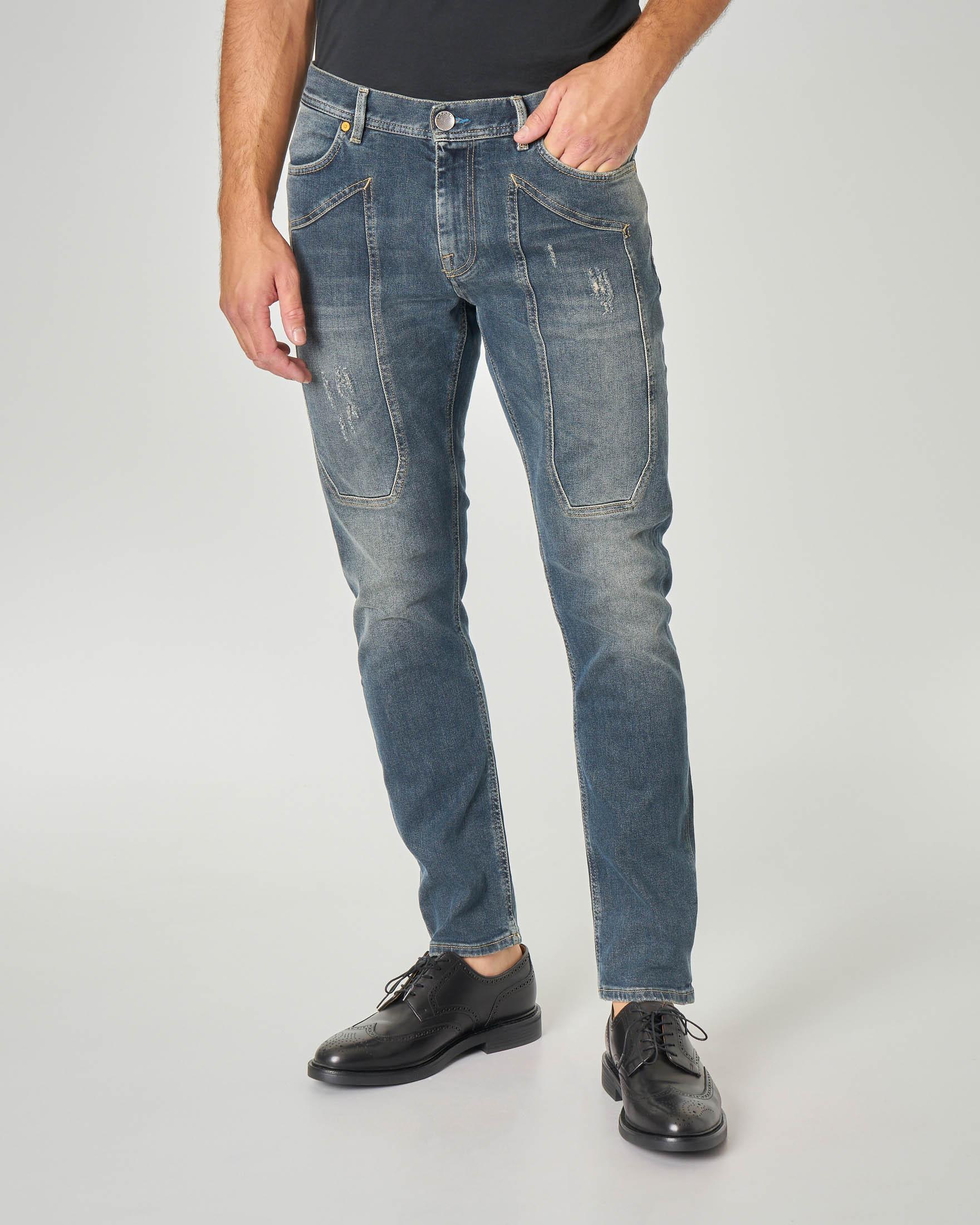 Jeans PA014 tapered con toppa lavaggio sabbiato con abrasioni