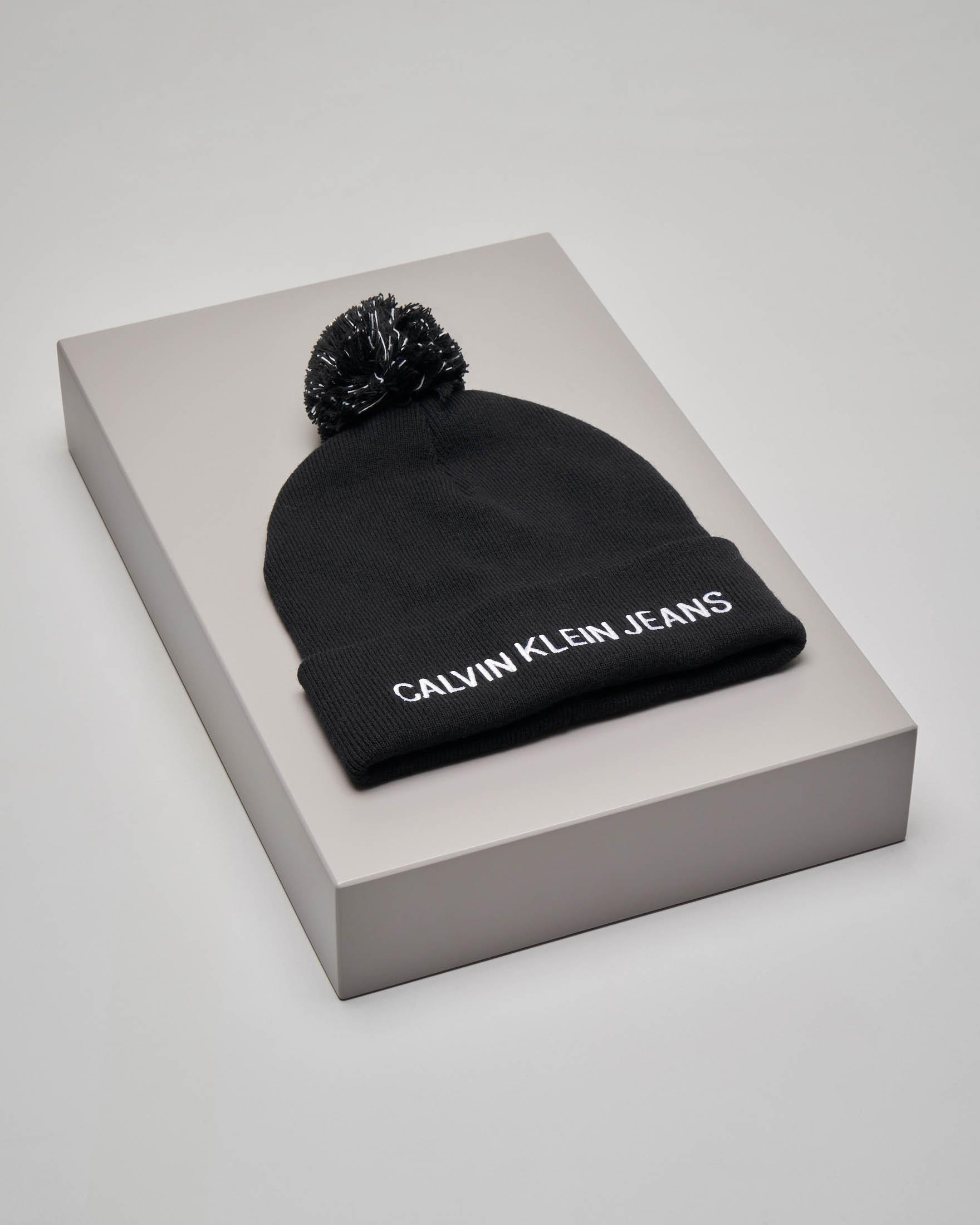 Berretto nero in lana misto cashmere con scritta logo e pon pon bicolore