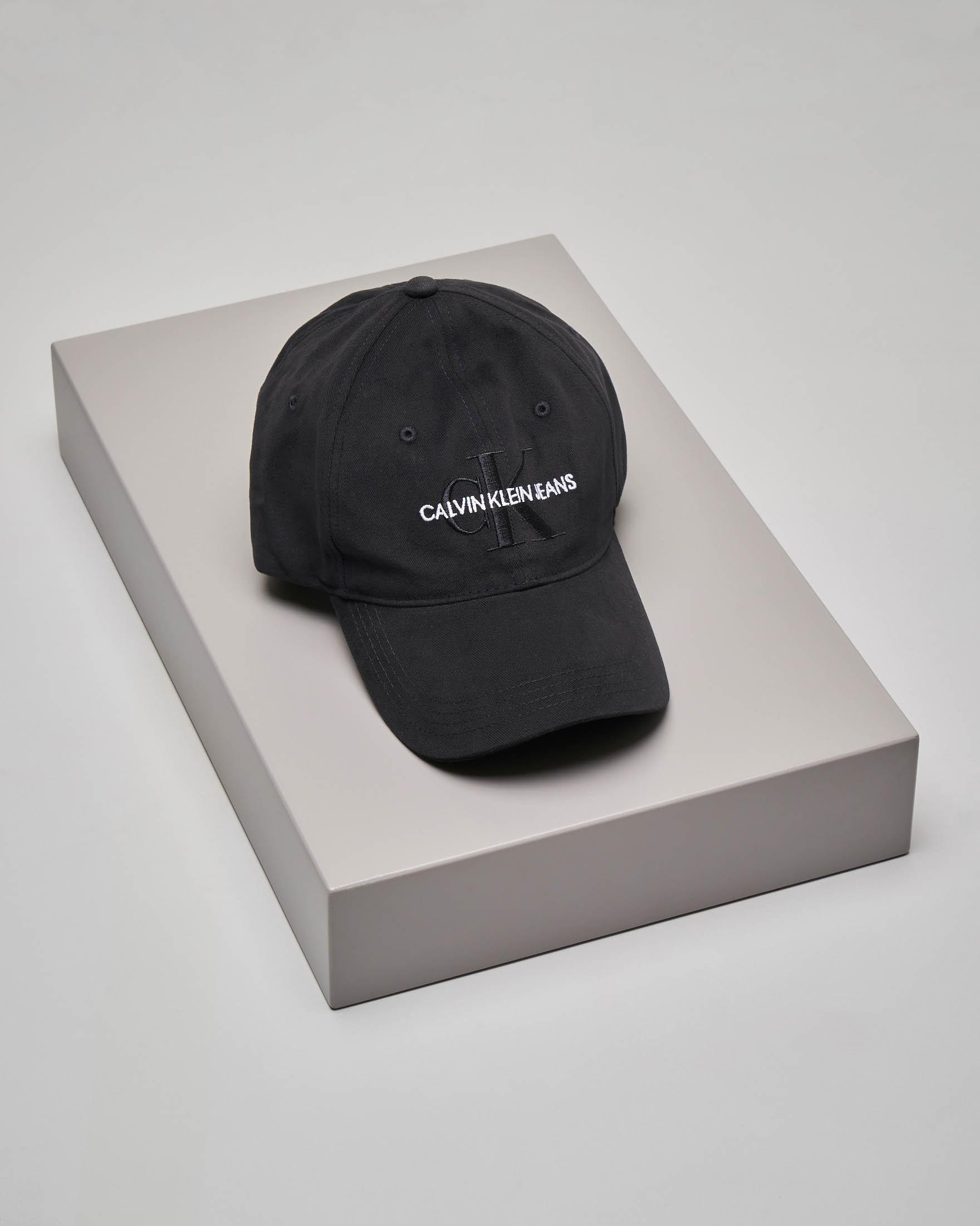 Cappellino nero in cotone con frontalino e scritta logo a contrasto