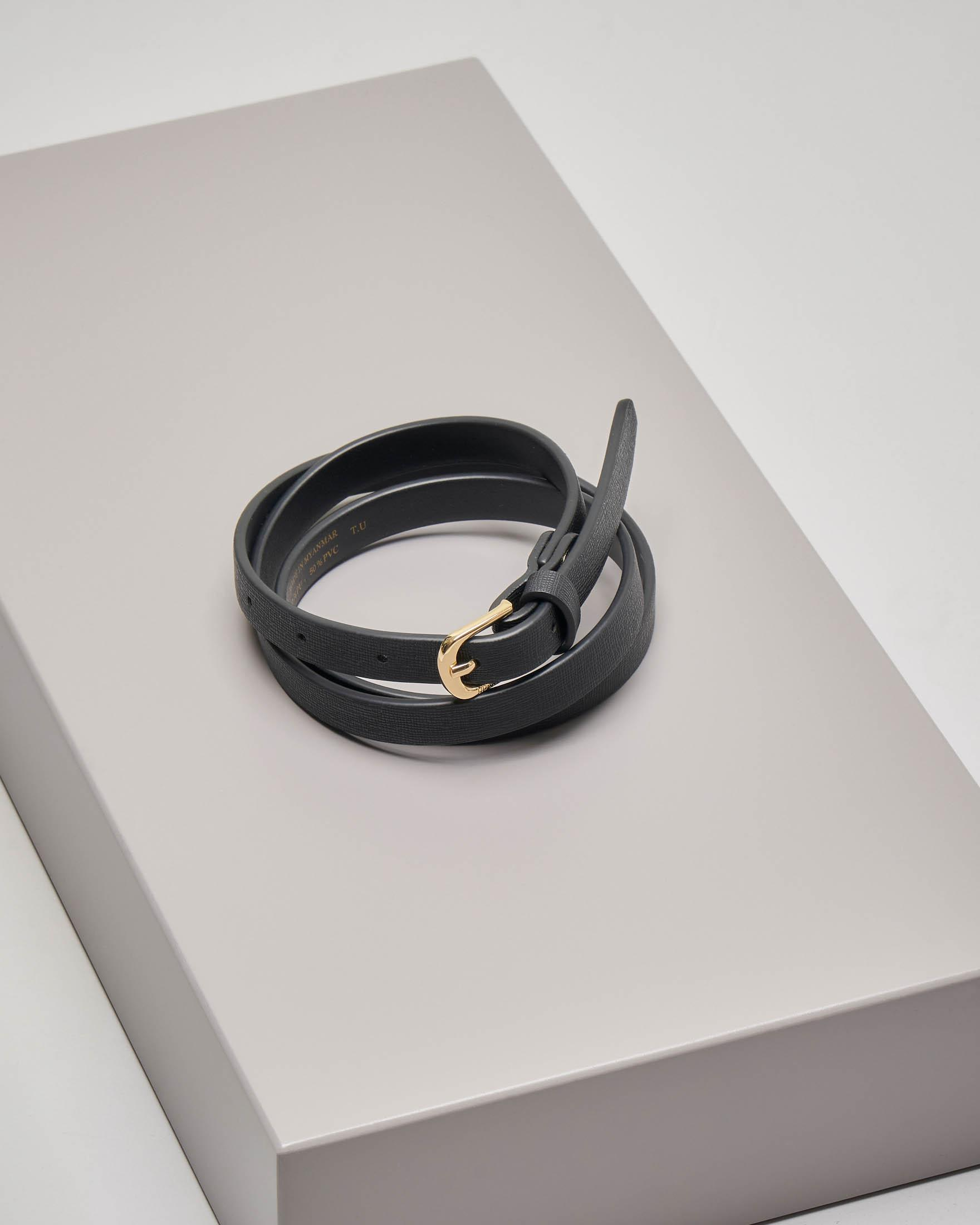 Cintura in similpelle nera effetto saffiano con fibbia dorata
