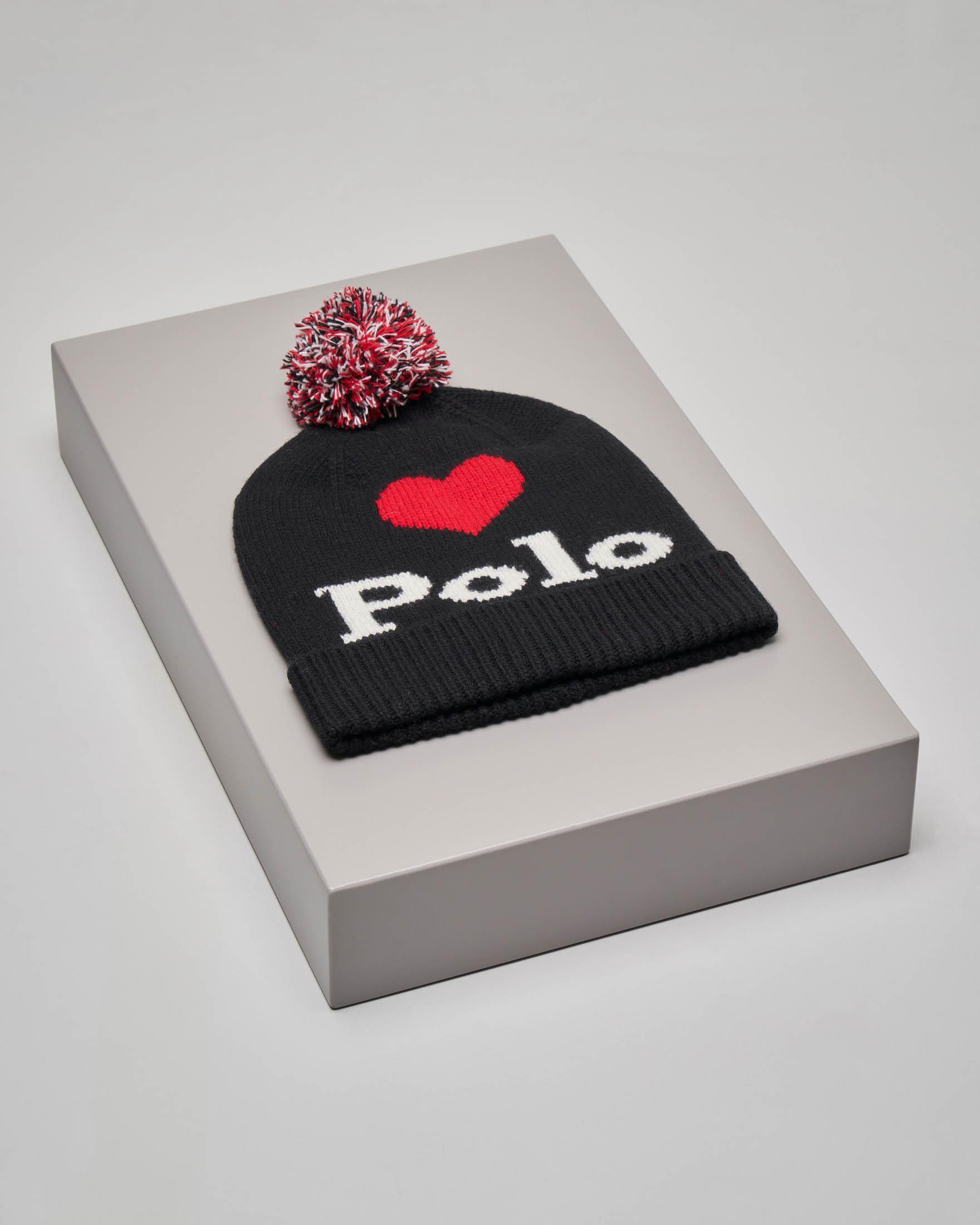 Berretto nero in misto lana con pompon e cuore jacquard rosso
