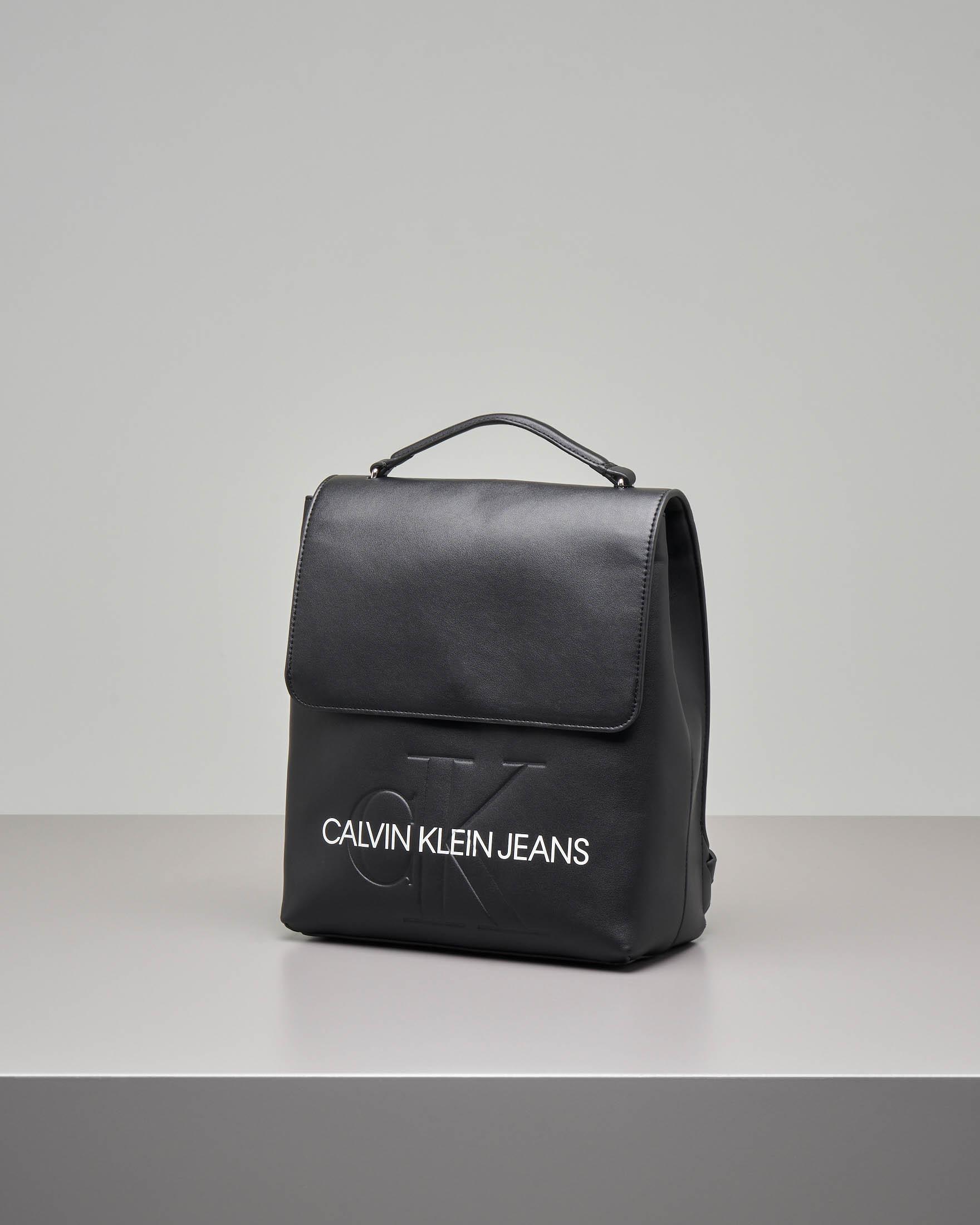 Zaino nero misura grande con chiusura a patella con scritta logo a contrasto