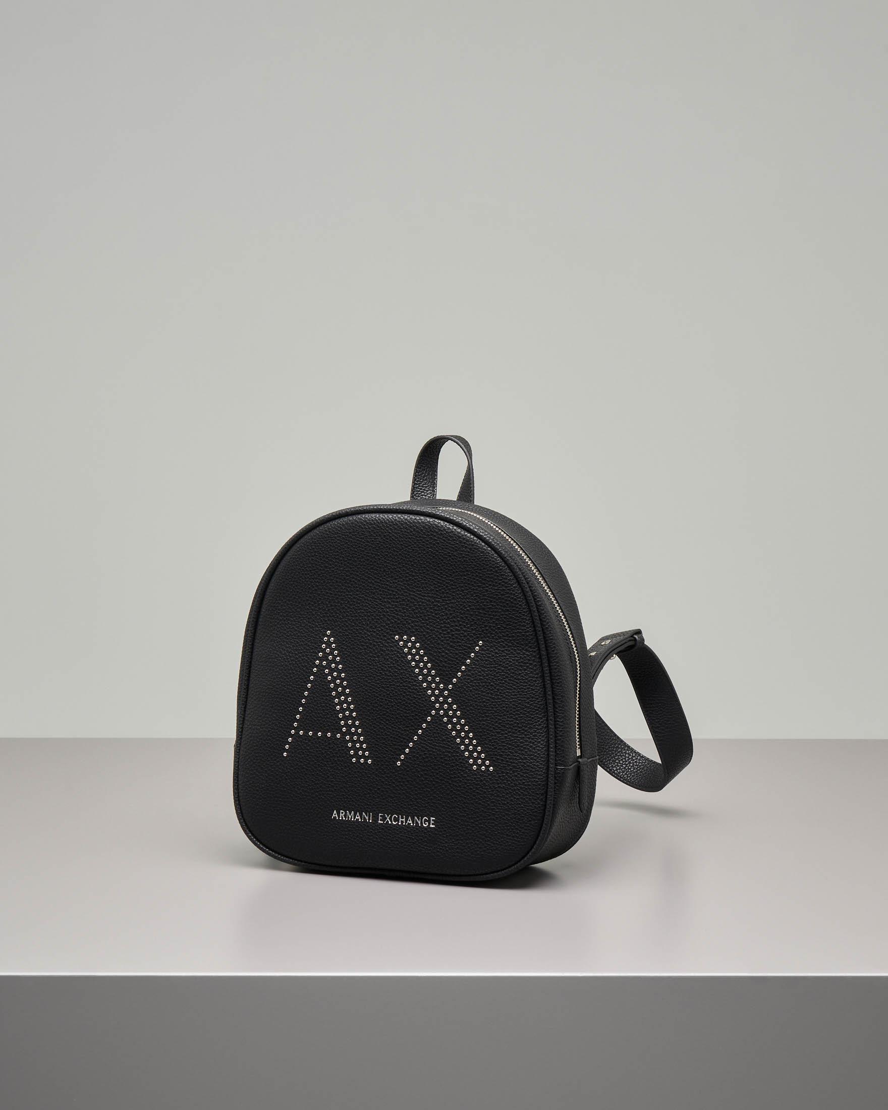 Zaino nero misura media in ecopelle effetto ciottolato con monogramma logo a borchiette applicate