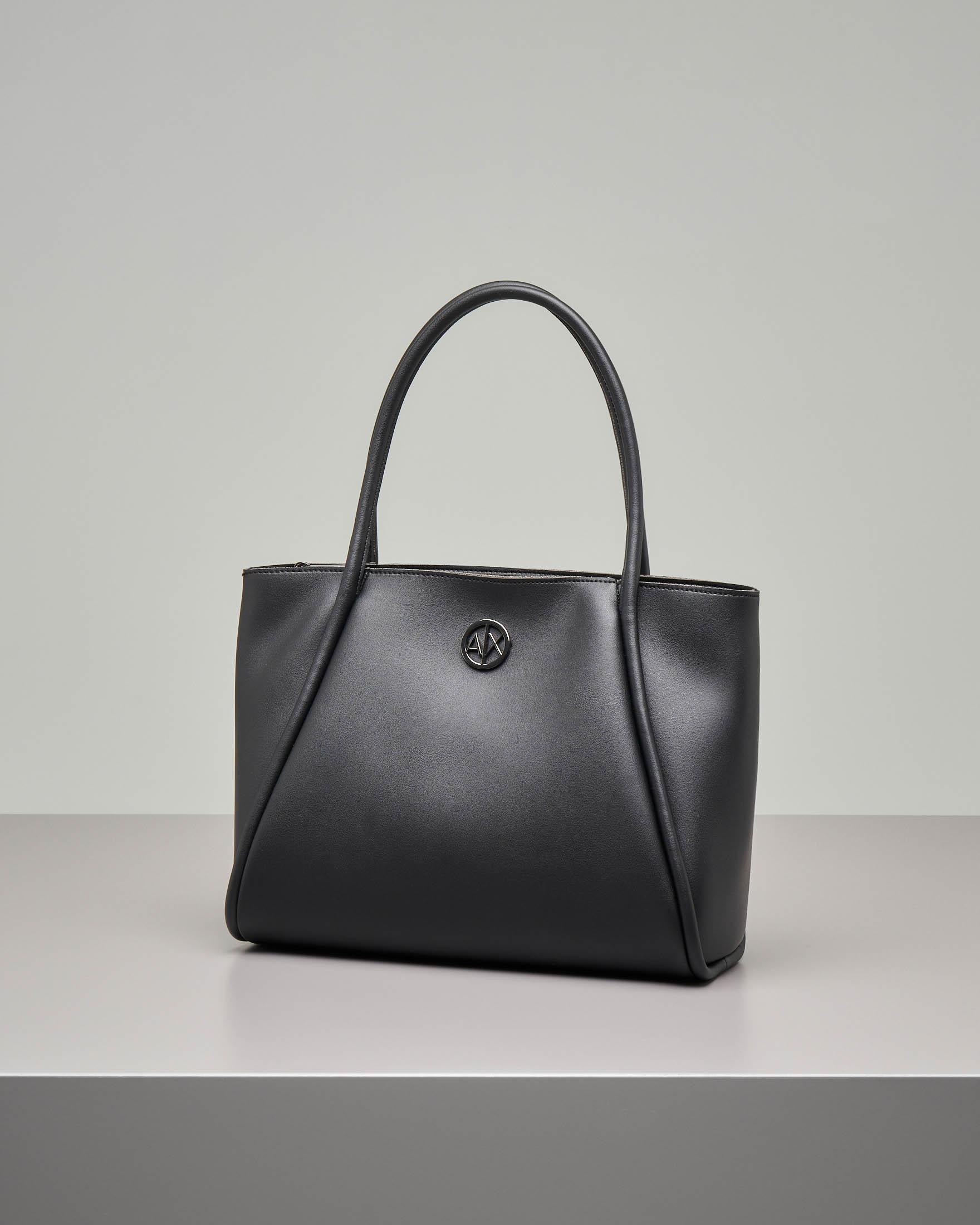 Shopping bag nera in ecopelle effetto liscio con monogramma logo applicato