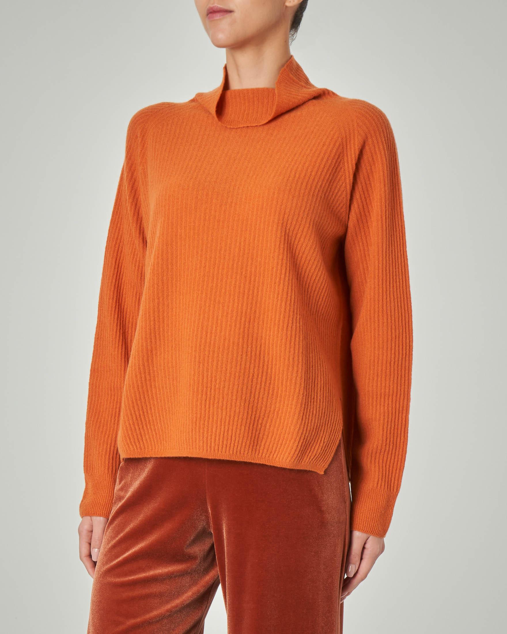 Maglia color ruggine in lana misto cashmere con colletto alto