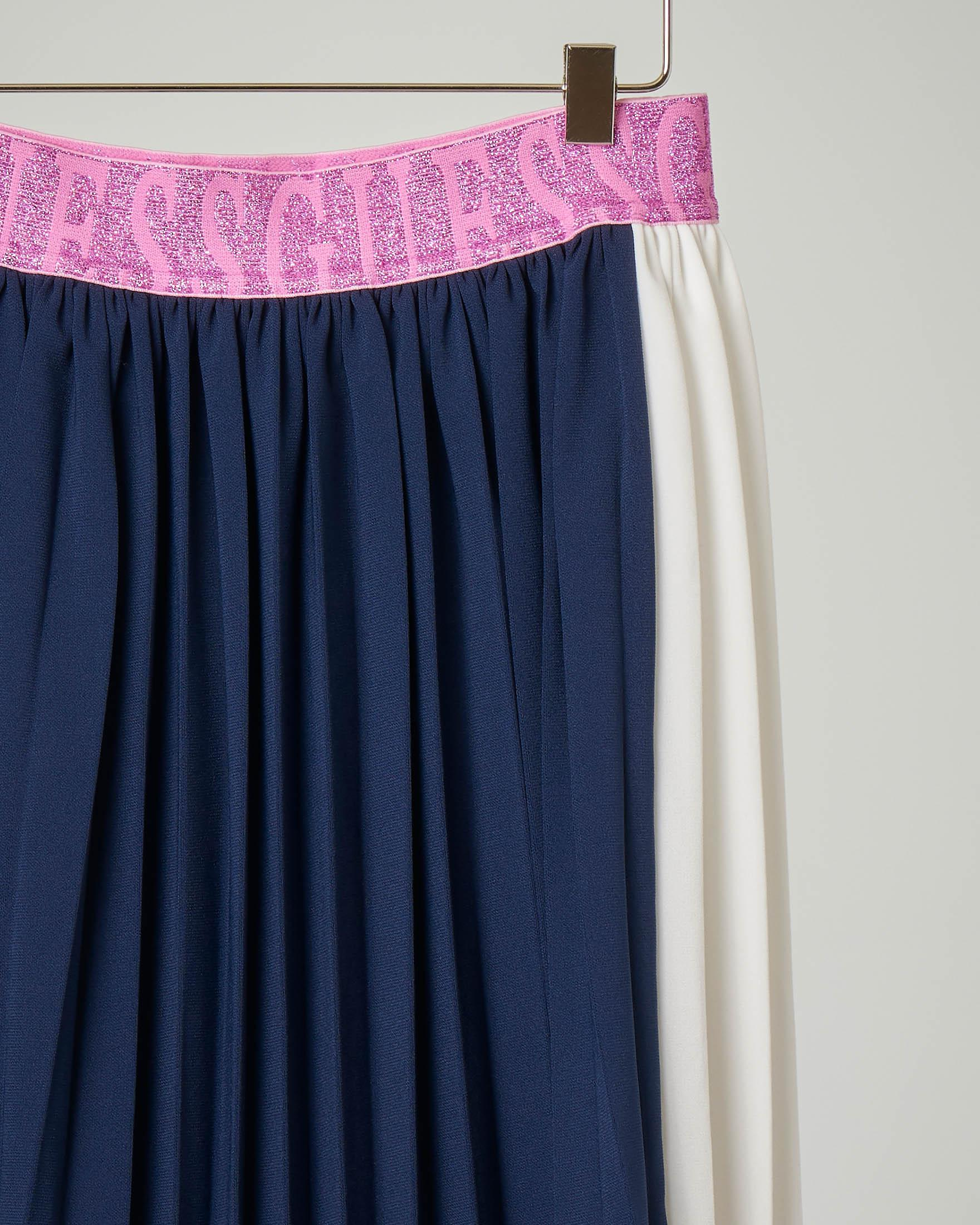 Gonna plissè blu con inserti bianchi ai lati e fascia in vita fucsia 8-14 anni