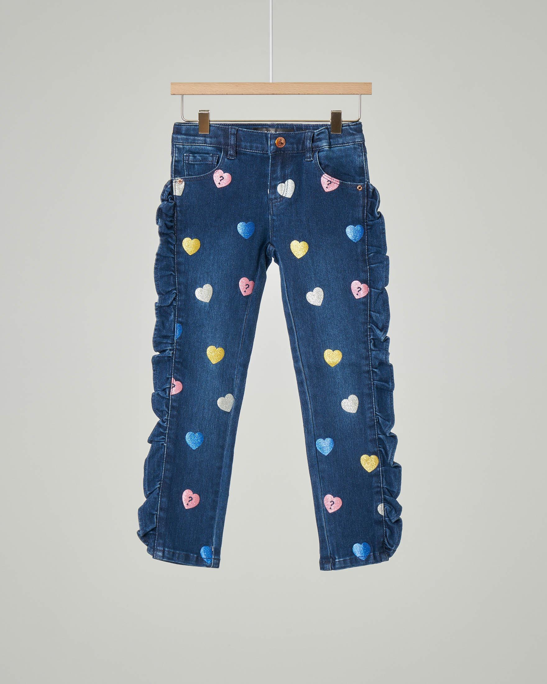 Jeans in cotone elasticizzato con cuori in glitter multicolor applicati e volant 2-7 anni