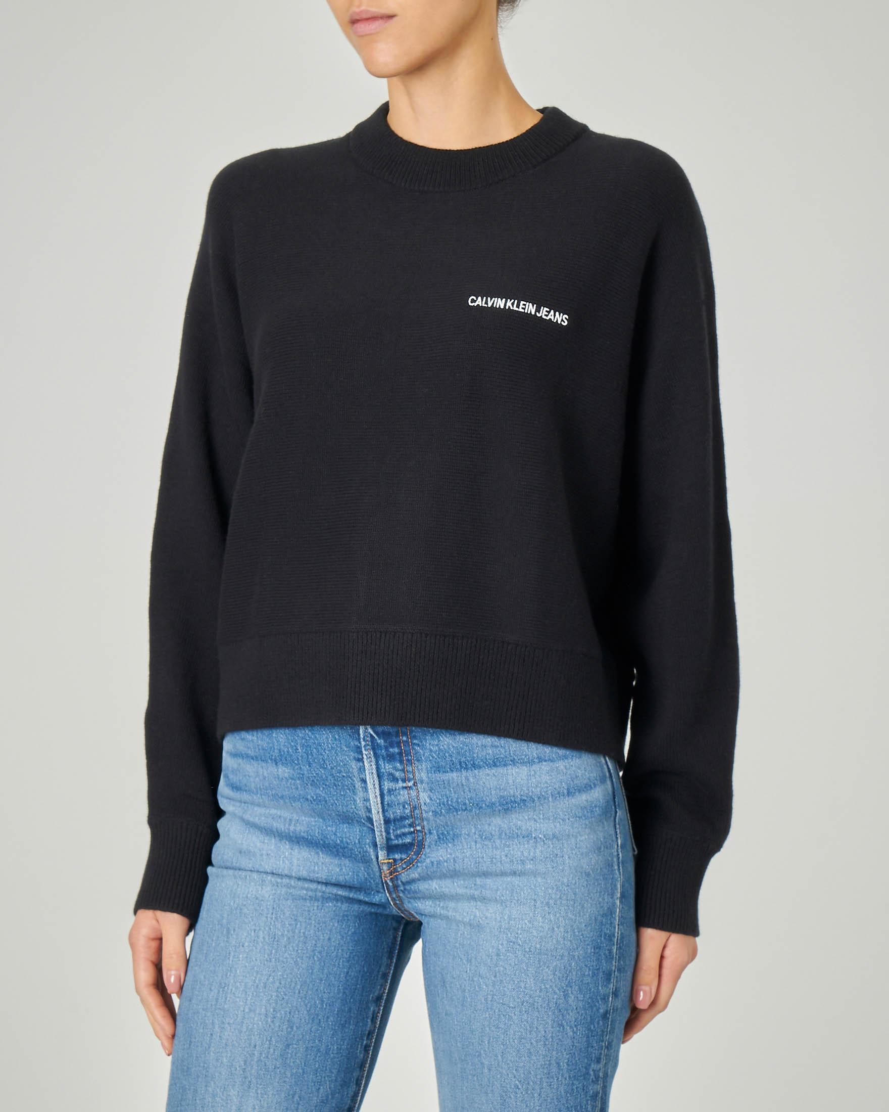 Maglia nera in cotone misto lana con maxi scritta logo jacquard sulla schiena