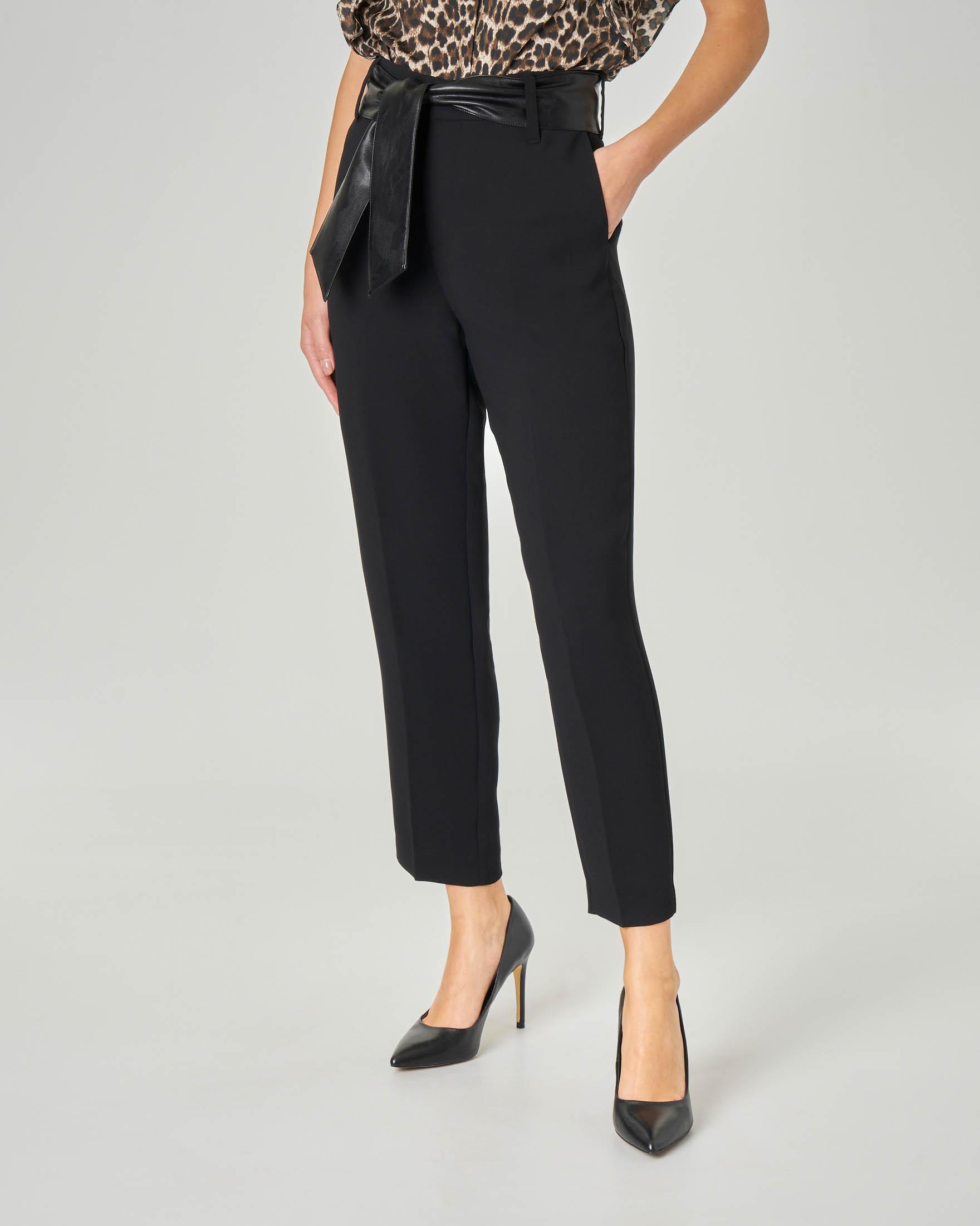 Pantaloni neri a vita alta con cintura in vita in ecopelle tono su tono