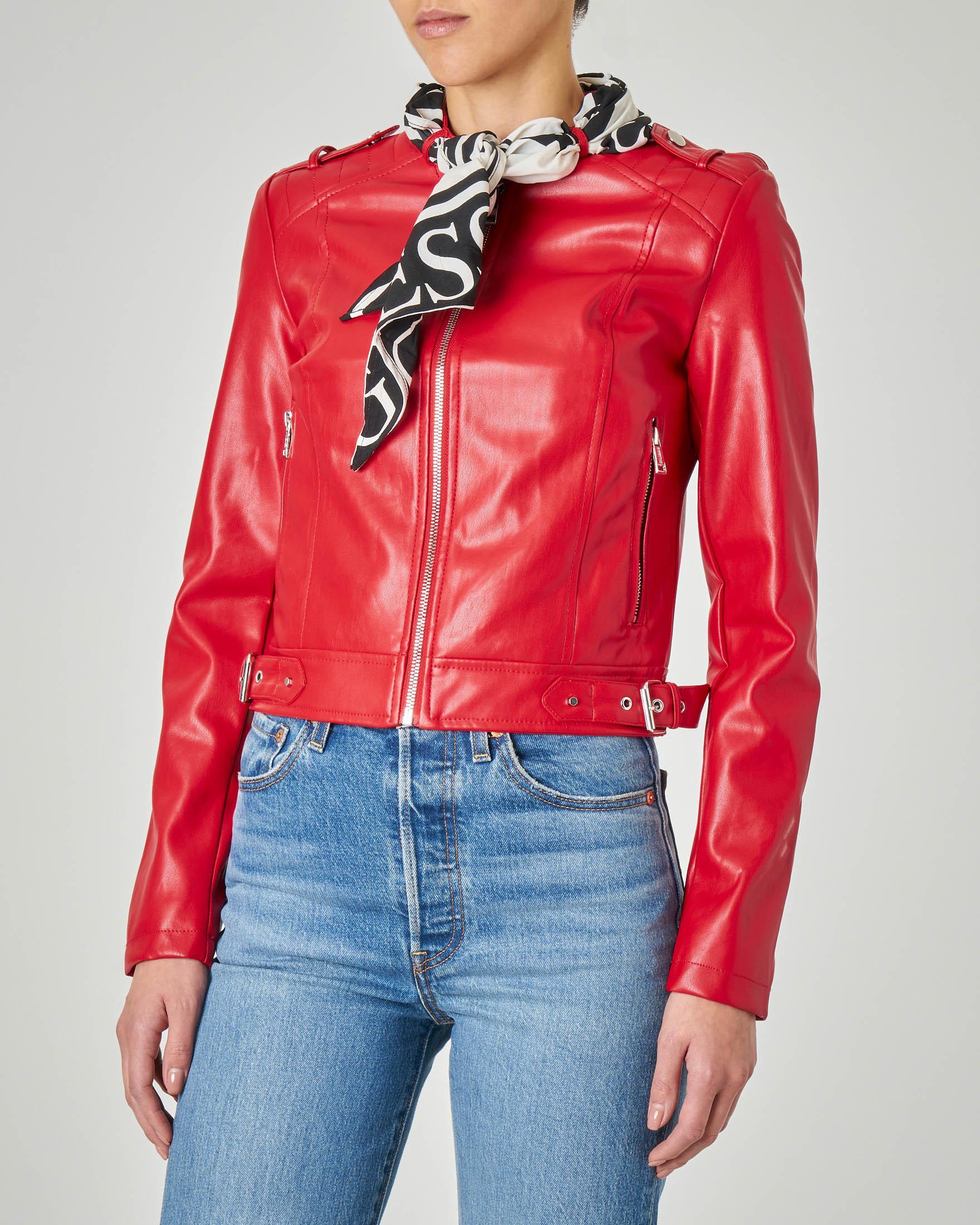 Chiodo in ecopelle rossa con foulard logato bianco e nero al collo non staccabile