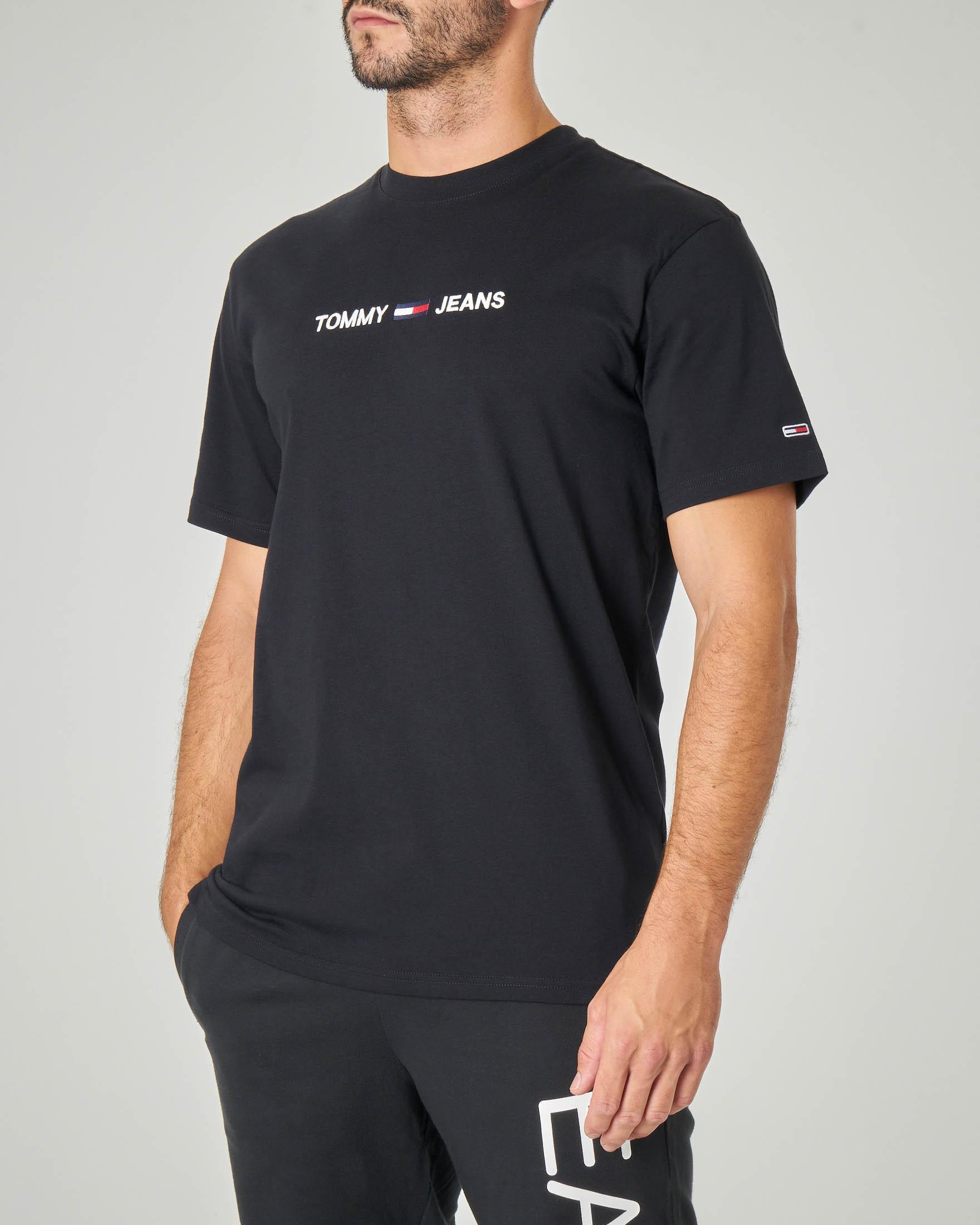 T-shirt nera mezza manica con logo scritta e bandierina ricamati