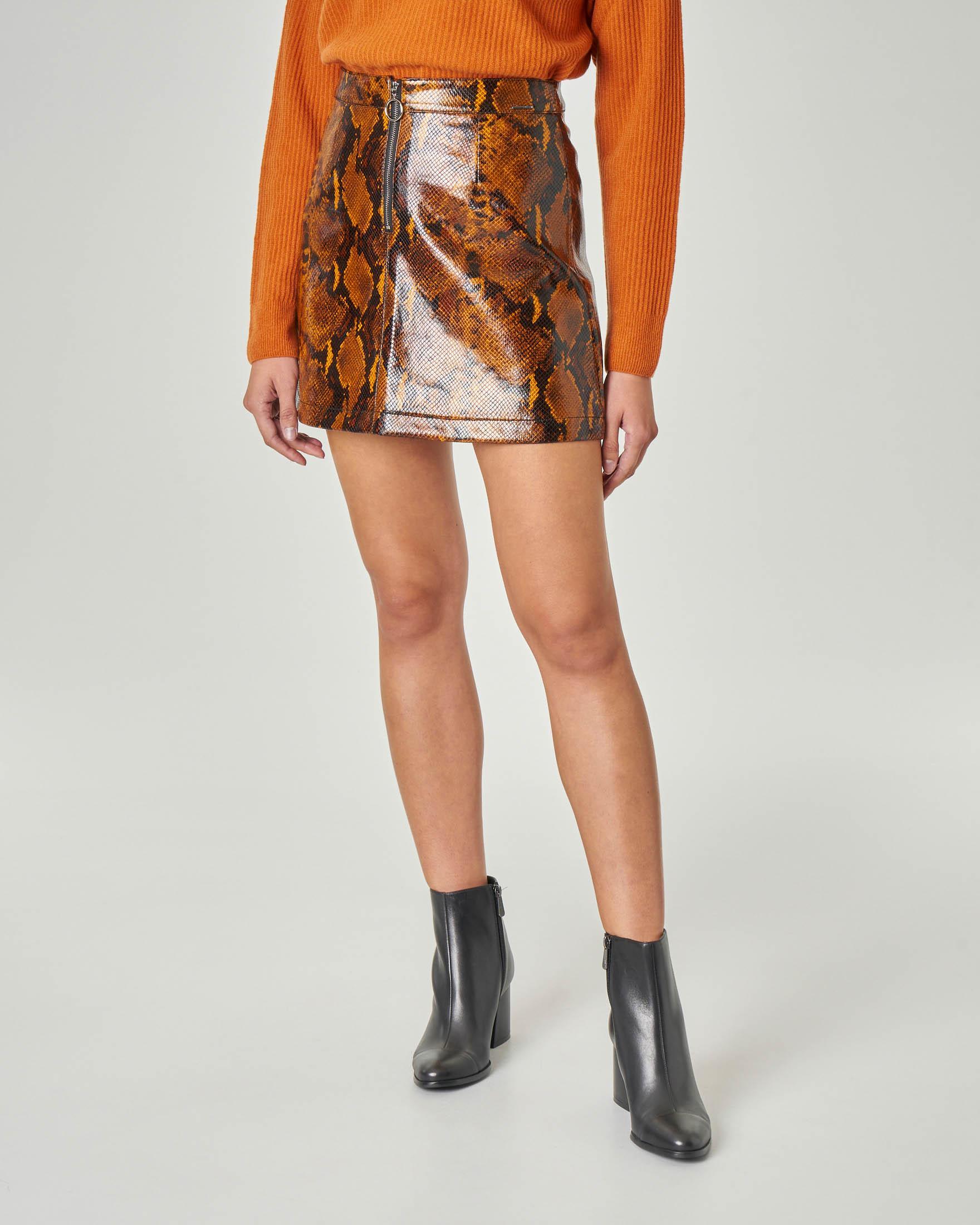Minigonna svasata con cintura centrale a stampa pitonata arancione e nero