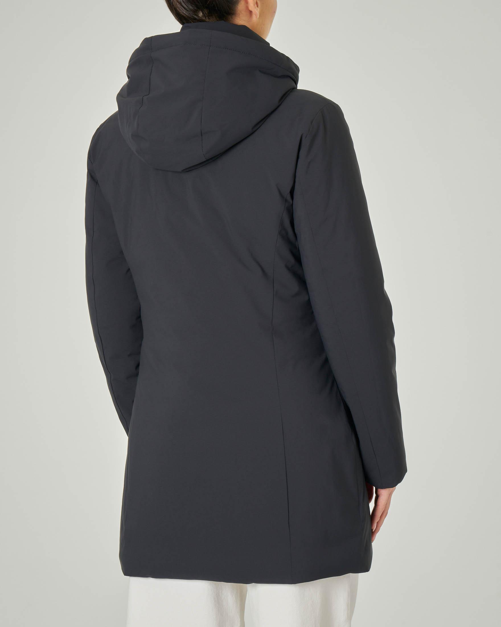 Piumino lungo nero effetto opaco liscio con cappuccio staccabile
