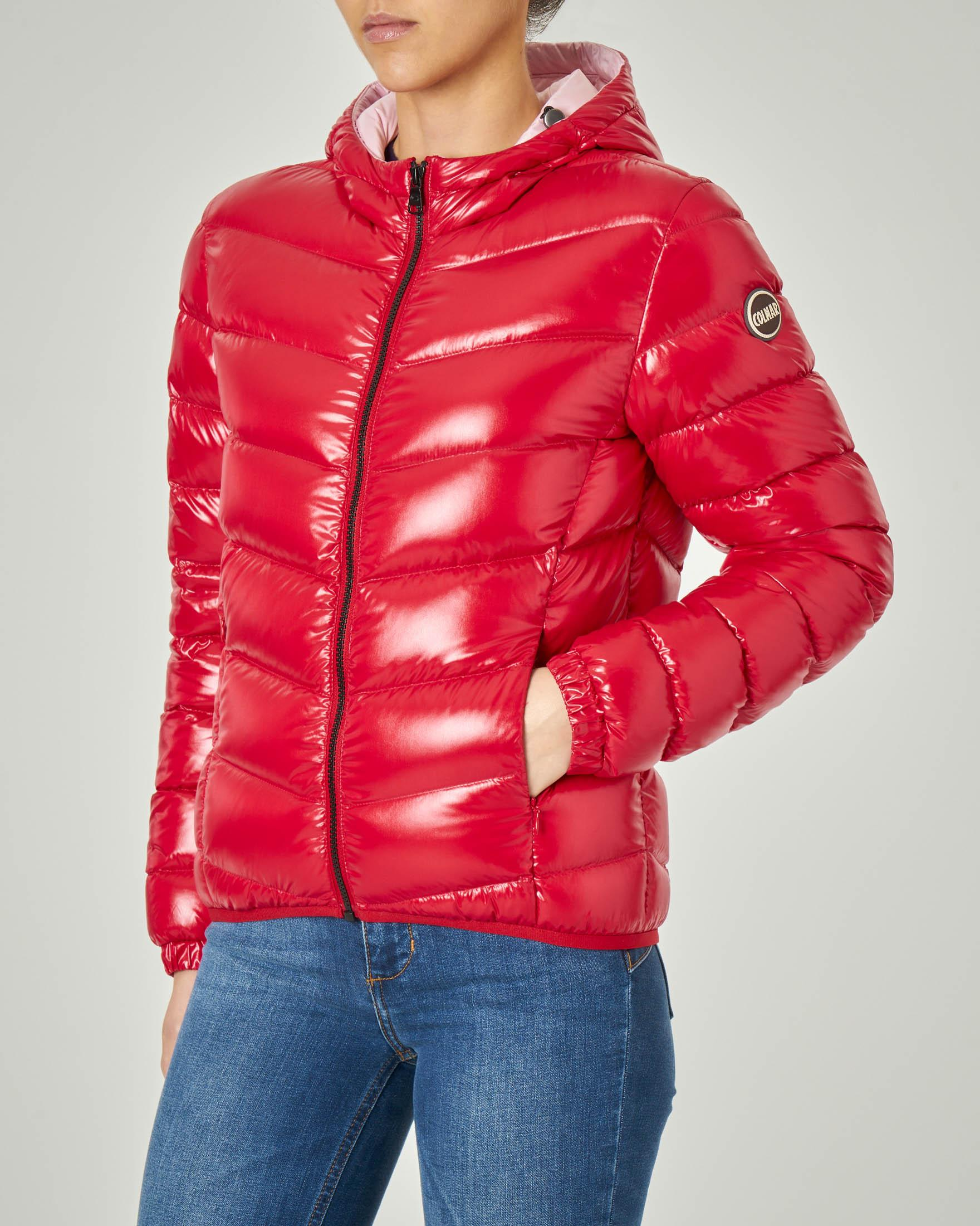 Bomber corto imbottito rosso in tessuto super lucido con cappuccio