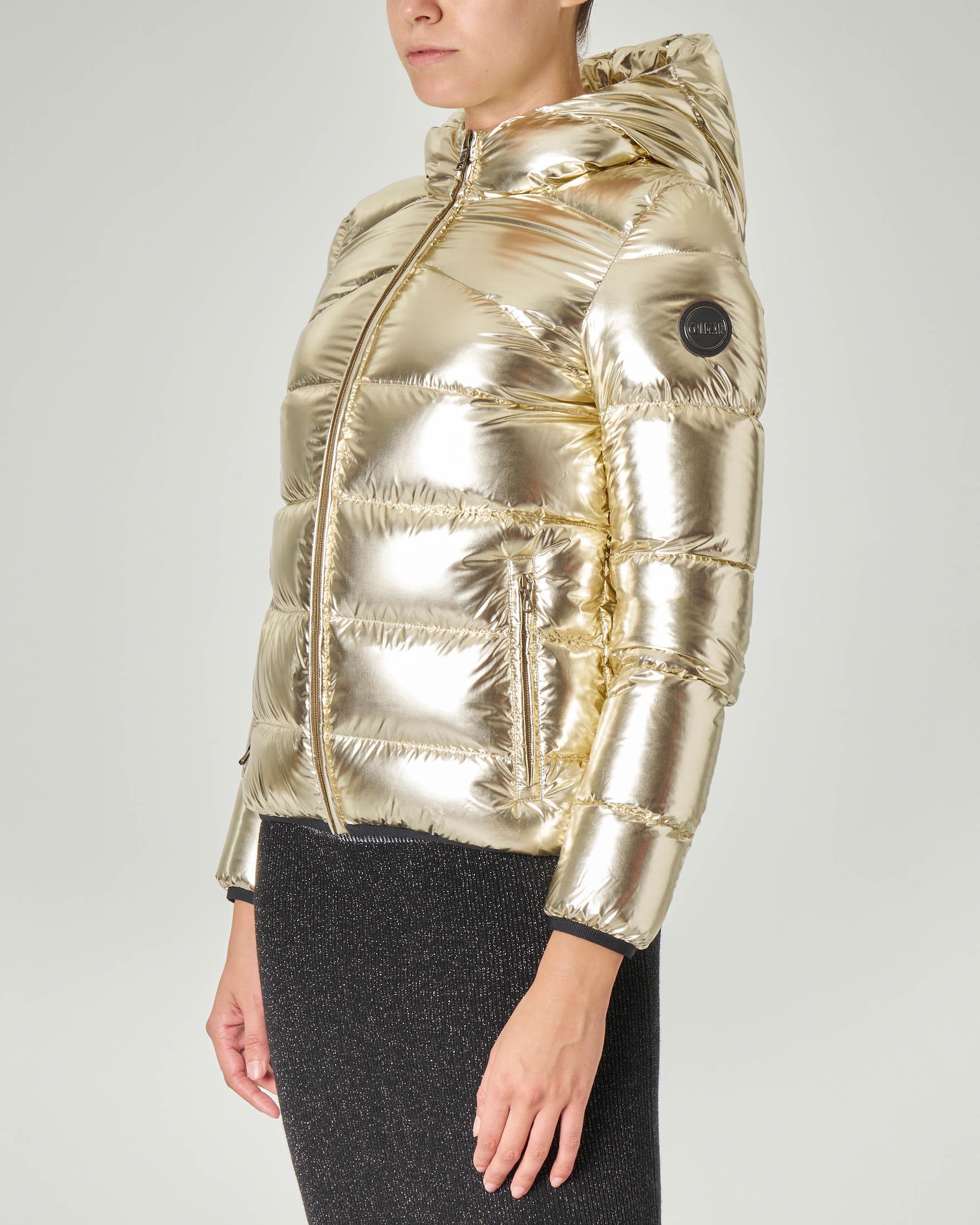 Bomber corto imbottito oro in tessuto super lucido con cappuccio