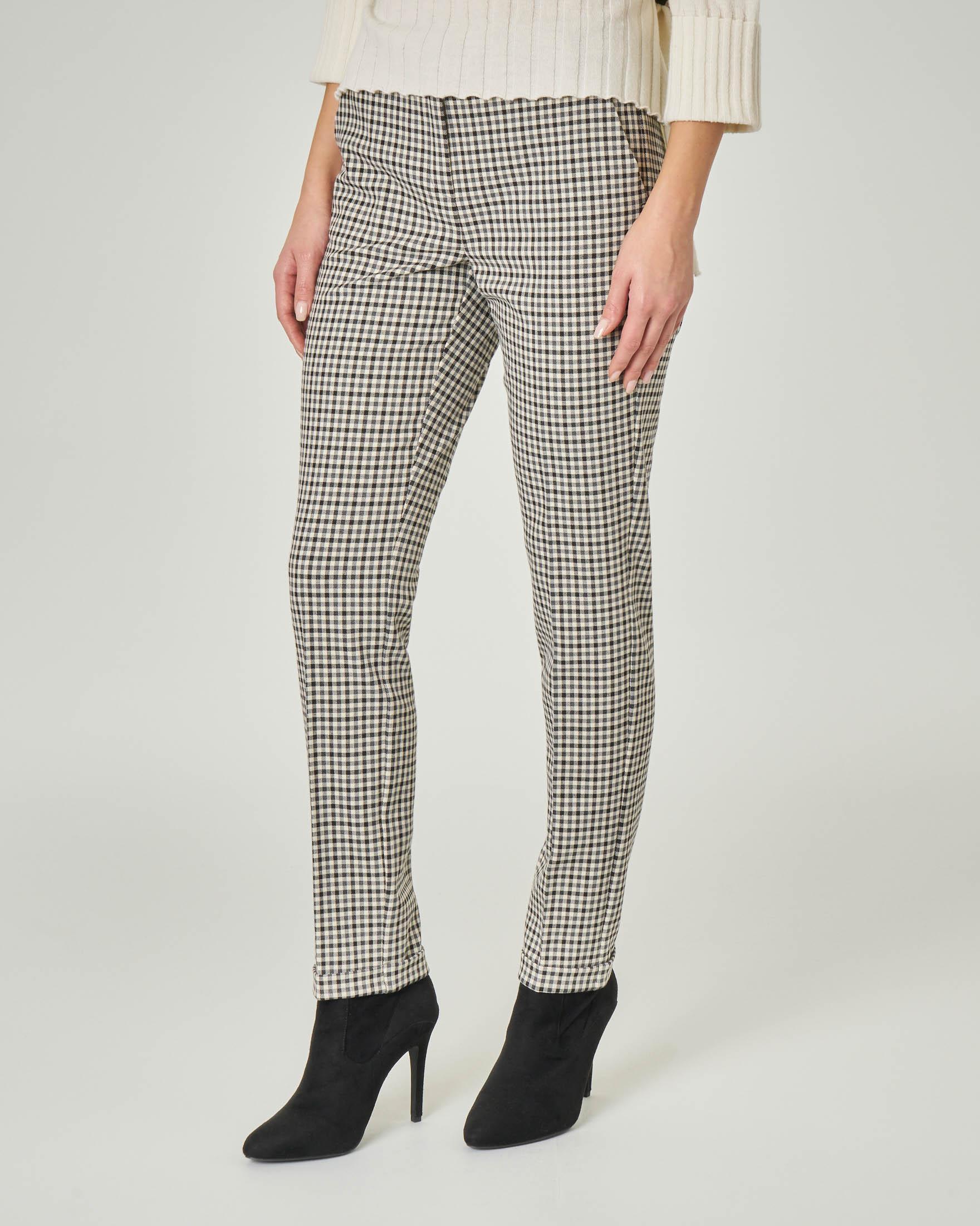 Pantaloni in tessuto misto viscosa a fantasia pied de poule nera e bianca