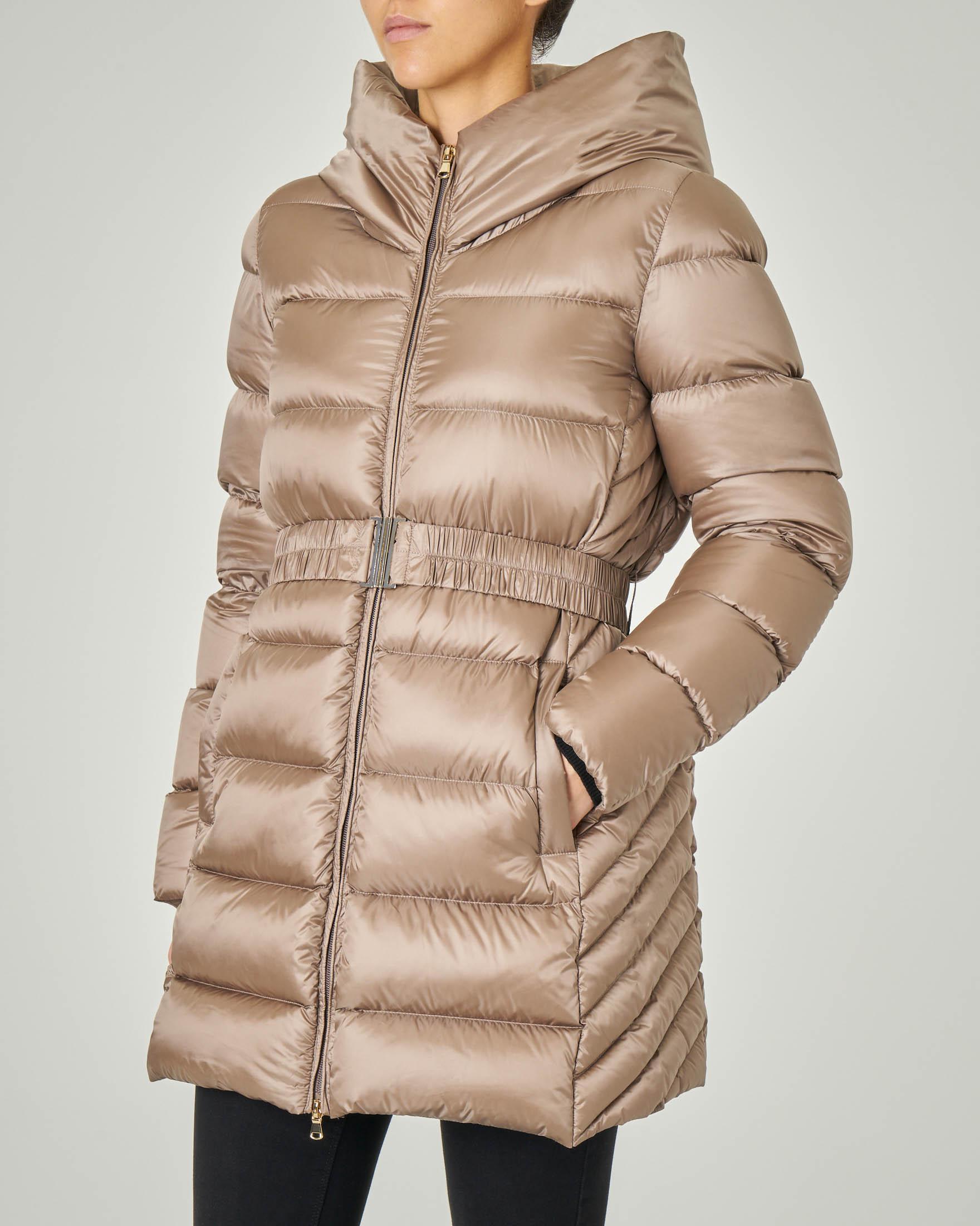 Piumino beige con cappuccio fisso e cintura elastica arricciata in vita