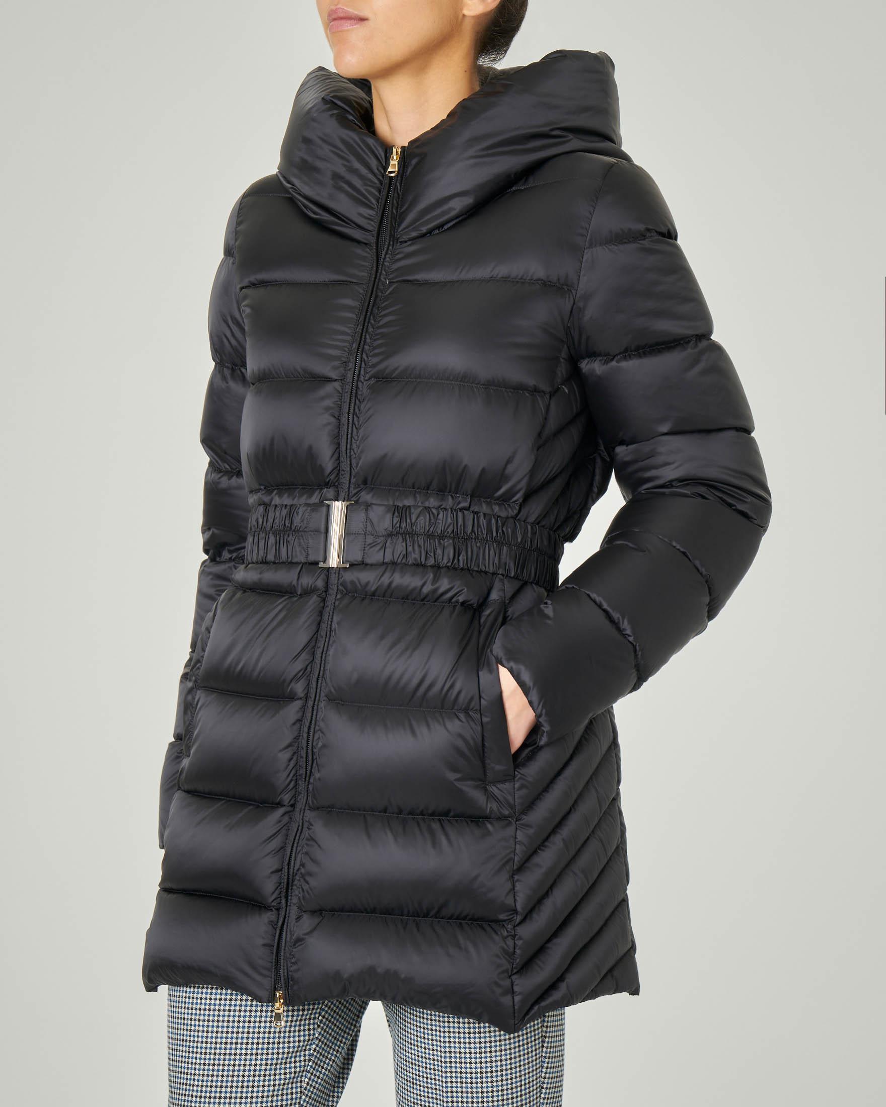 Piumino nero con cappuccio fisso e cintura elastica arricciata in vita